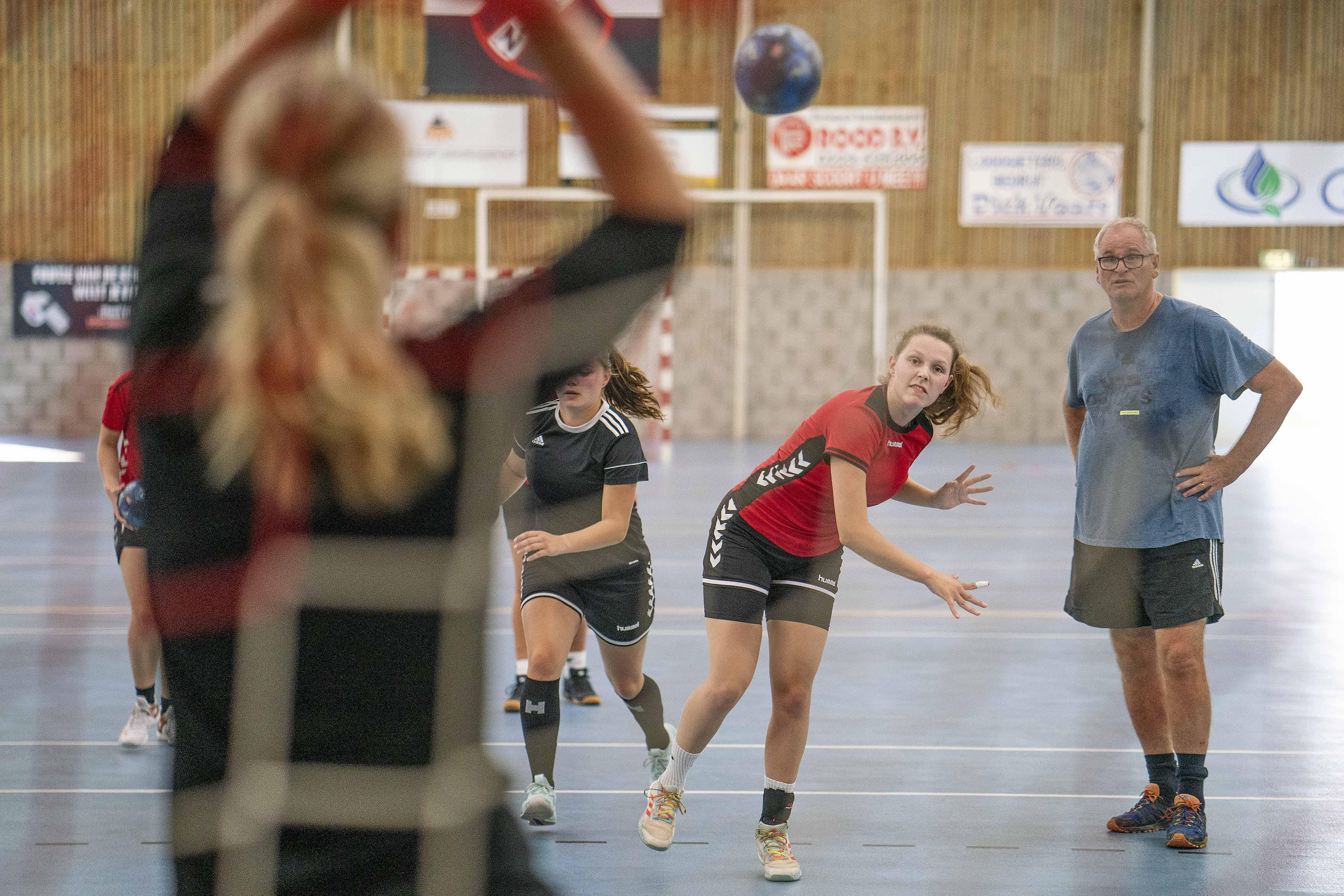 ZAP is handbalseizoen gestart, maar trainer Ronald van de Kamp vraagt zich af voor hoe lang: 'Mensen zijn losser geworden'