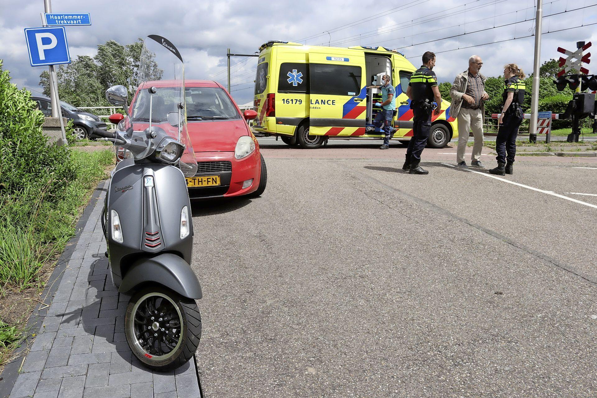 Scooterrijder ernstig gewond bij ongeval in Noordwijkerhout: slachtoffer komt met hoofd op vluchtheuvel terecht