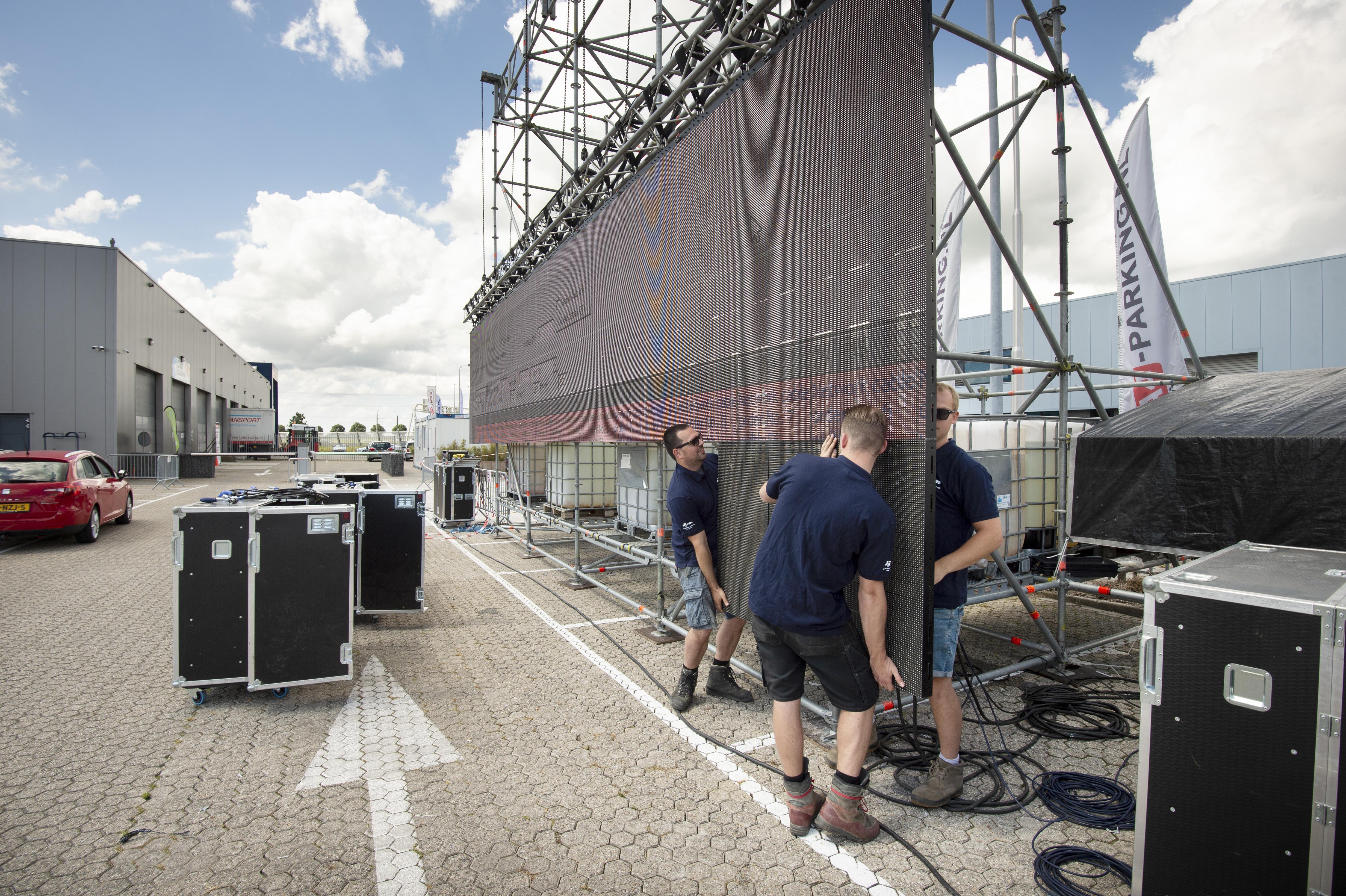 Een loodzwaar scherm als bij een festival voor drive-inbioscoop Roelofarendsveen