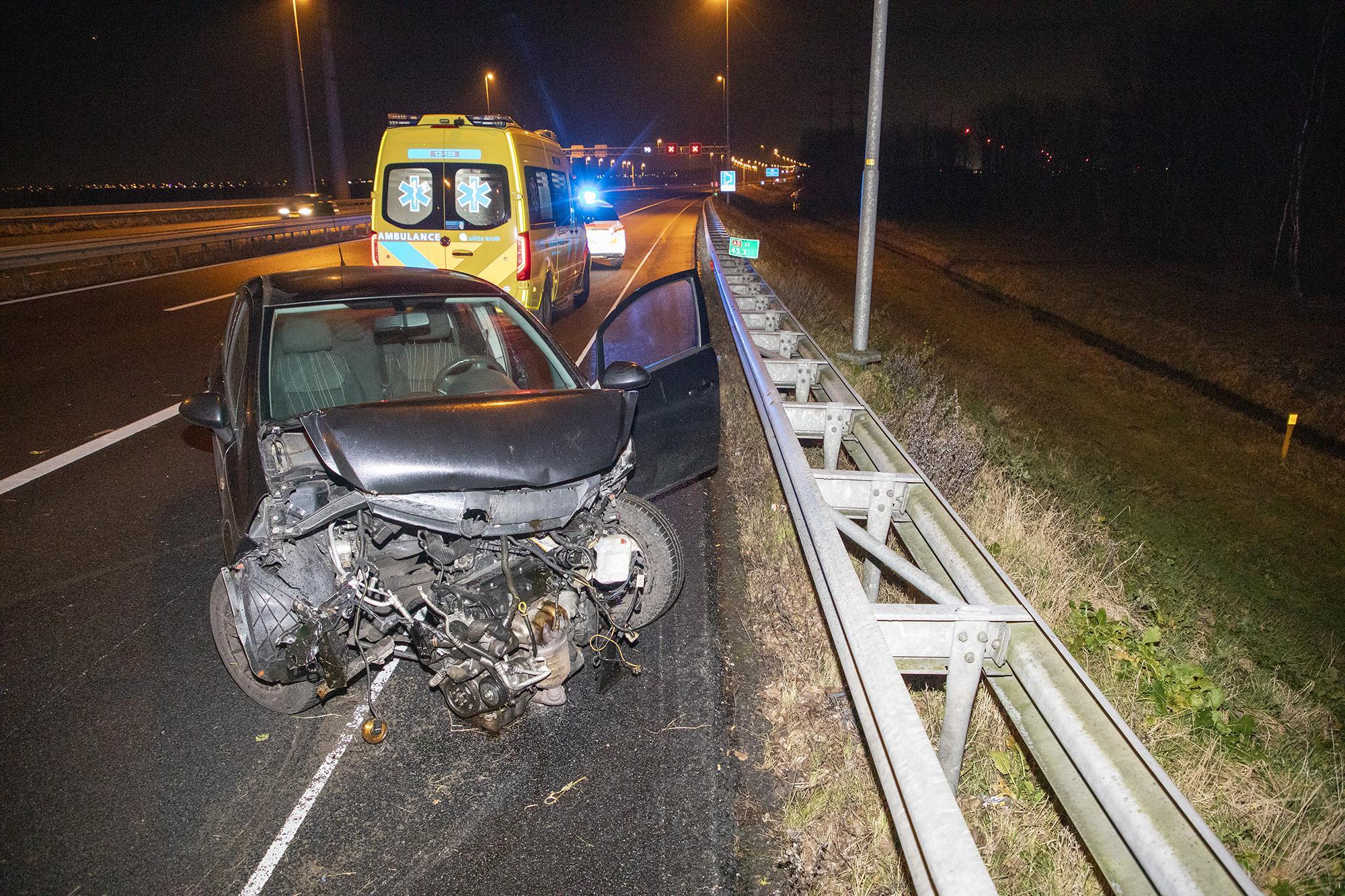 Auto zwaar beschadigd bij crash in Spaarndam