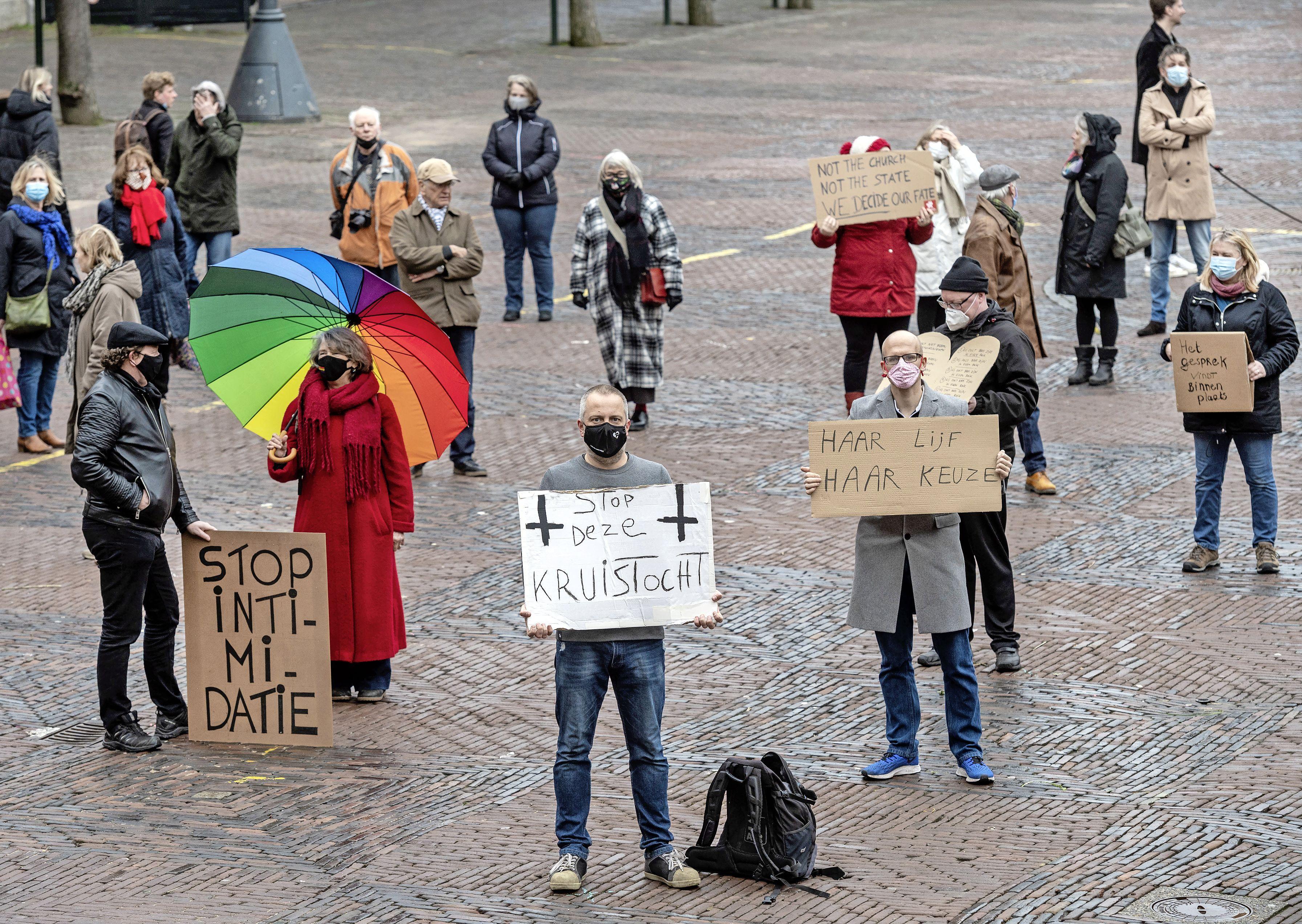 Demonstranten Grote Markt overhandigen burgemeester van Haarlem stapel handtekeningen: 'Stop met die slappe aanpak van anti-abortus-actievoerders, ze zijn intimiderend'