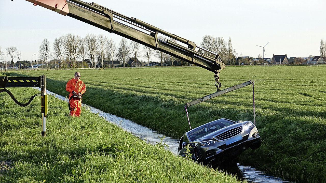 Driftende, onverzekerde taxi belandt in het water in Venhuizen