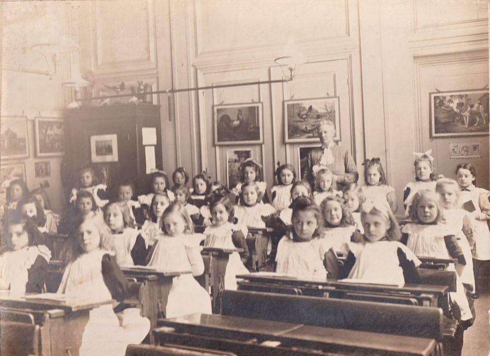 'Wie zijn die meisjes? We zoeken namen', schrijft de Historische Kring Oosthuizen over een oude schoolfoto die op een of andere manier in het archief is beland