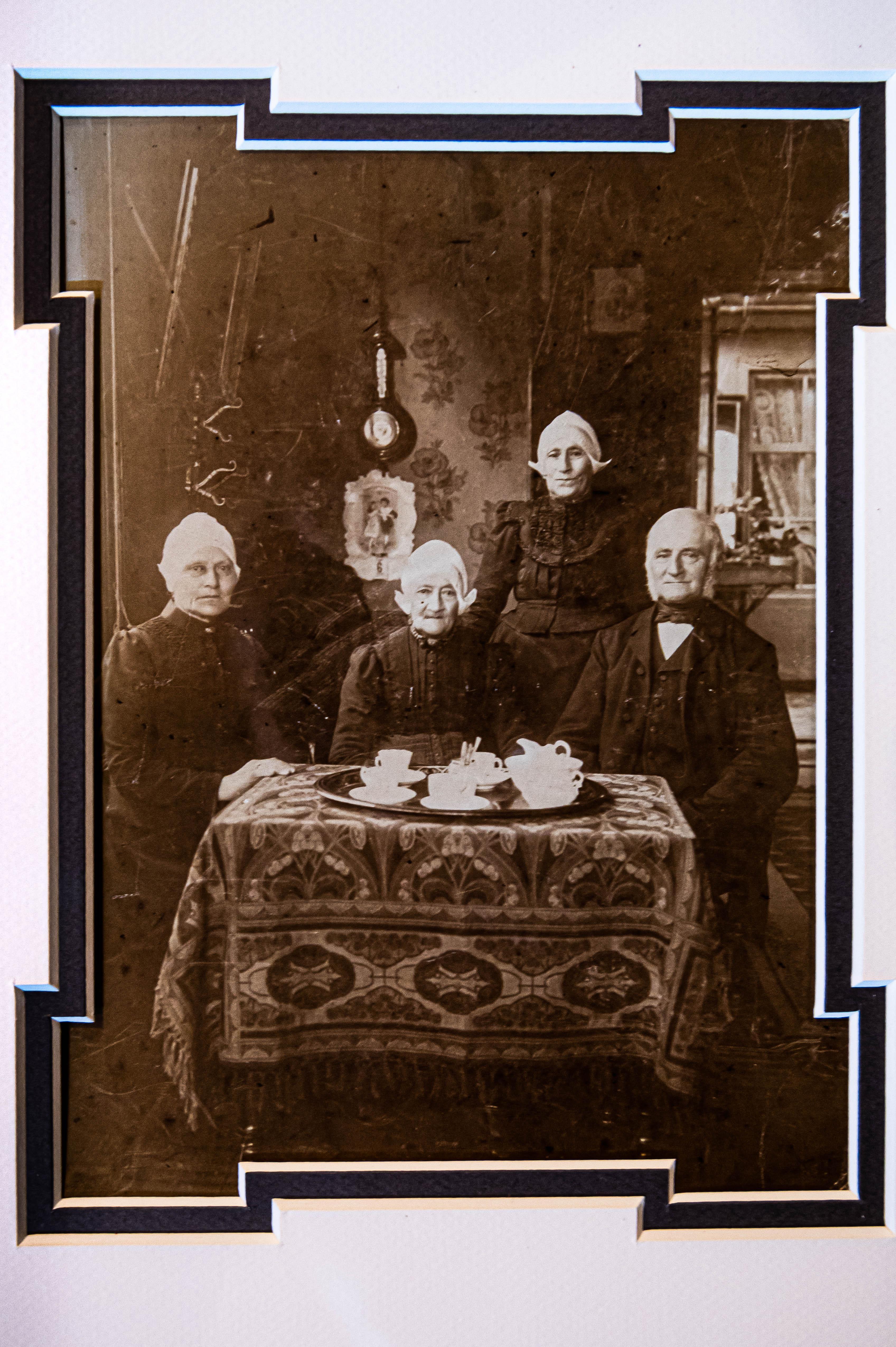'Waar komen we vandaan en van wie is dat er eentje? Schatgraven in de Landsmeerse familiegeschiedenis met een oude foto