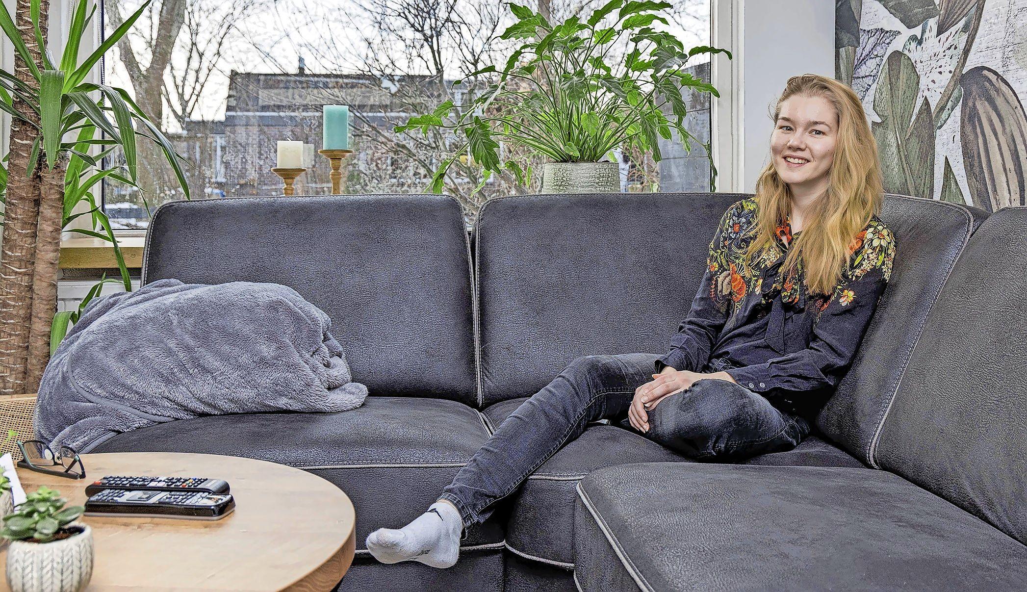 Maureen (24) zocht naar een woning in Enkhuizen, maar eindigde in Midwoud. 'Het voelde als thuiskomen. Lekker neerploffen en mensen kijken'
