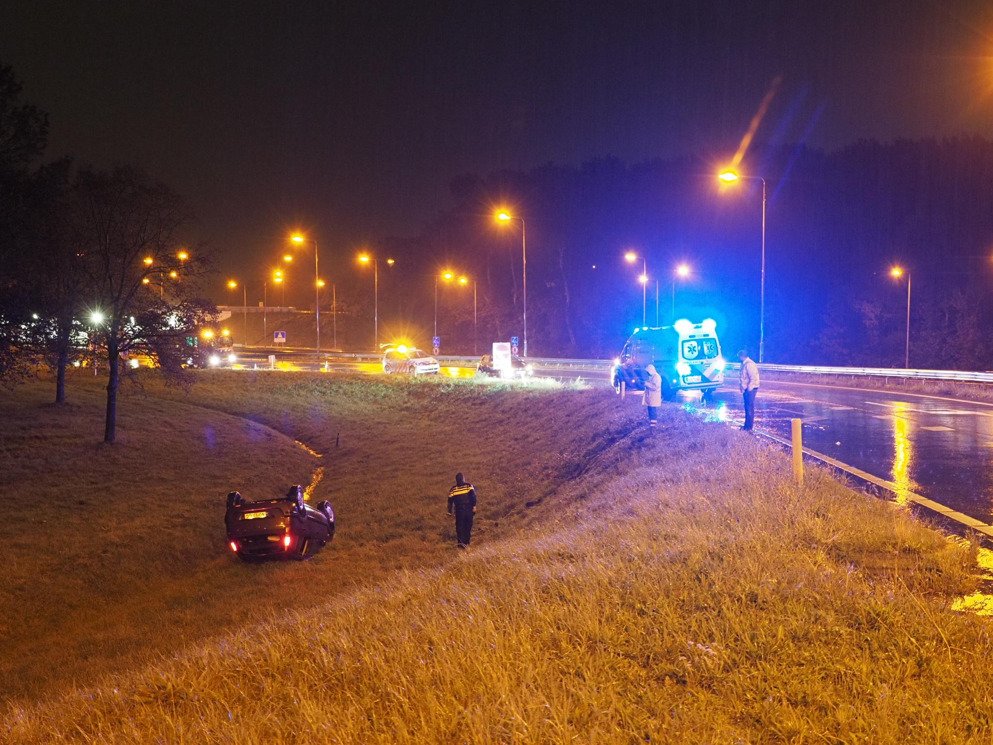 Auto belandt op zijn kop langs de A22 in Velsen-Zuid, een inzittende naar het ziekenhuis