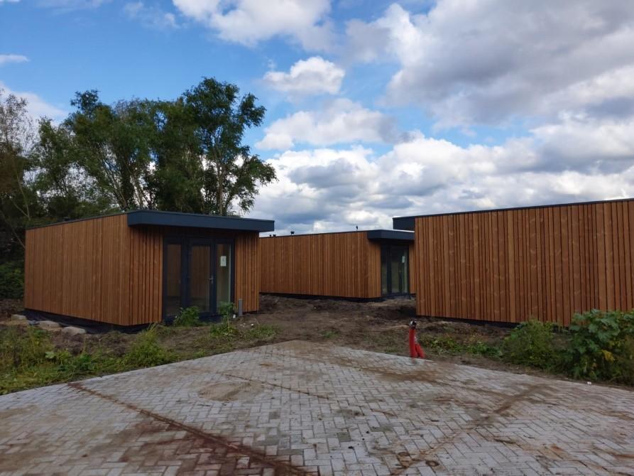Wethouder opent project Skaeve Huse in Velserbroek