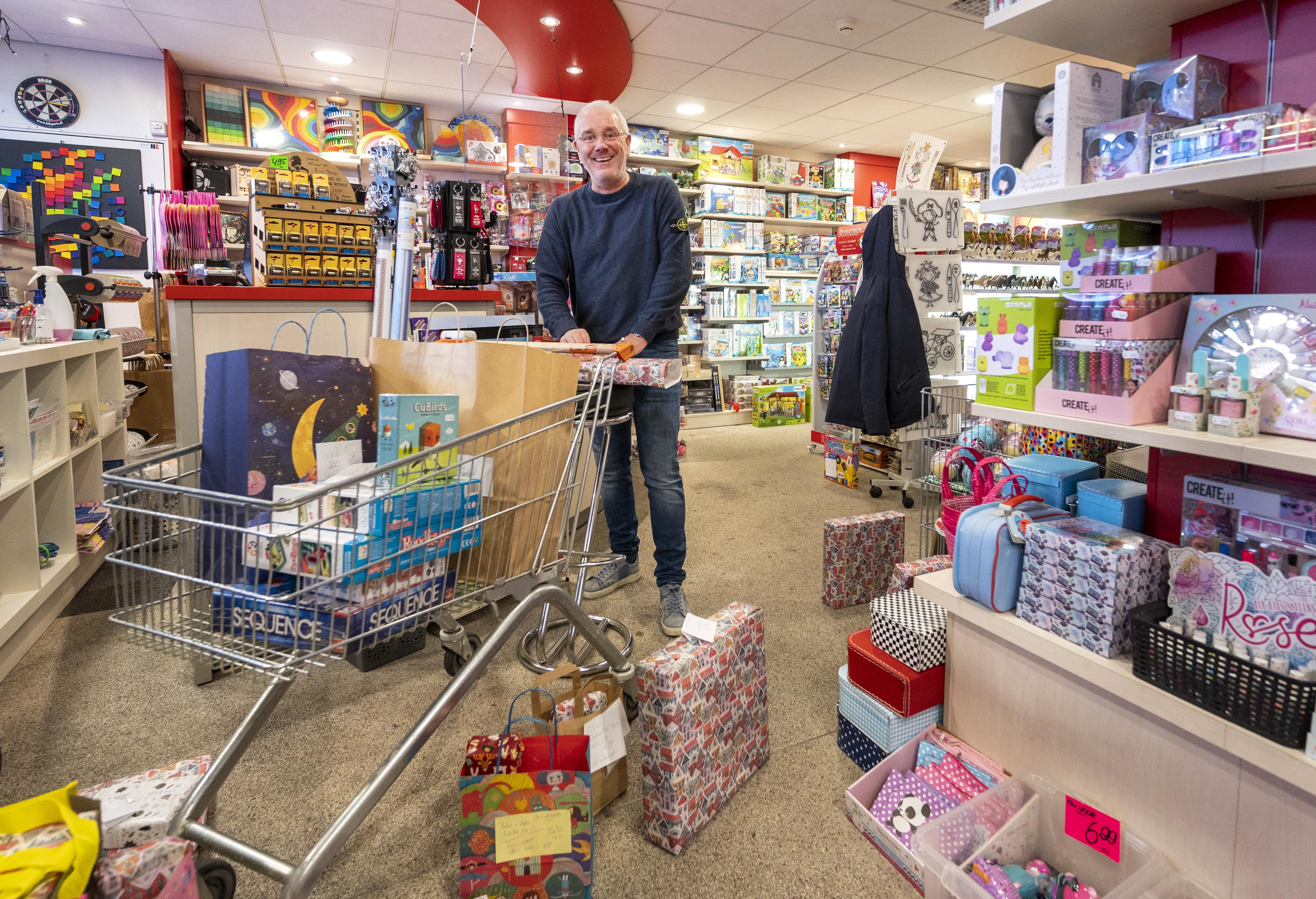 Haarlemse winkels worden afhaalpunt en bezorgen persoonlijk aan huis: 'Wij zorgen dat kerstcadeaus wél op tijd binnenkomen'