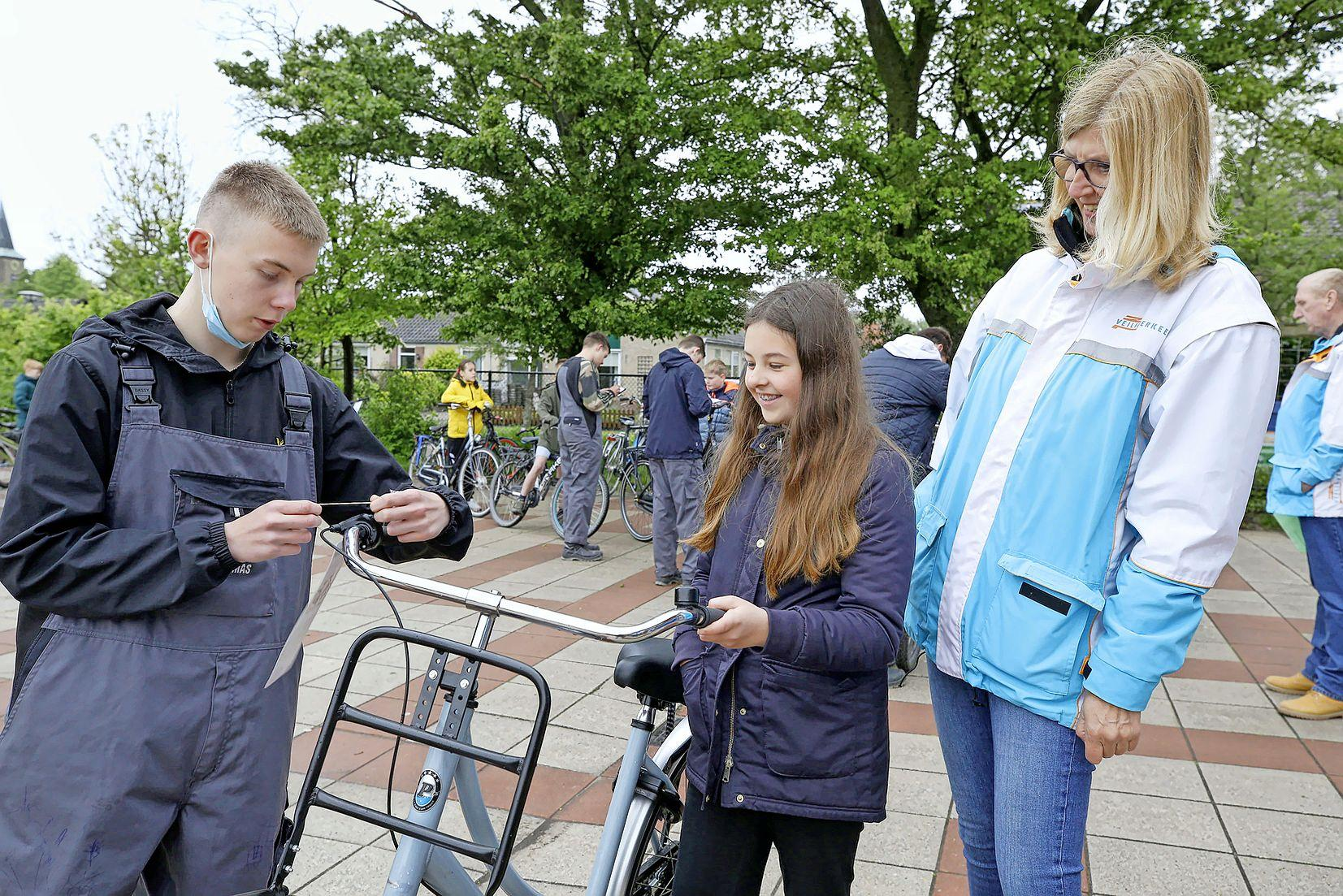 Bijna alle scholieren rijden op een goede fiets, slechts vier van de 121 komen niet door keuring