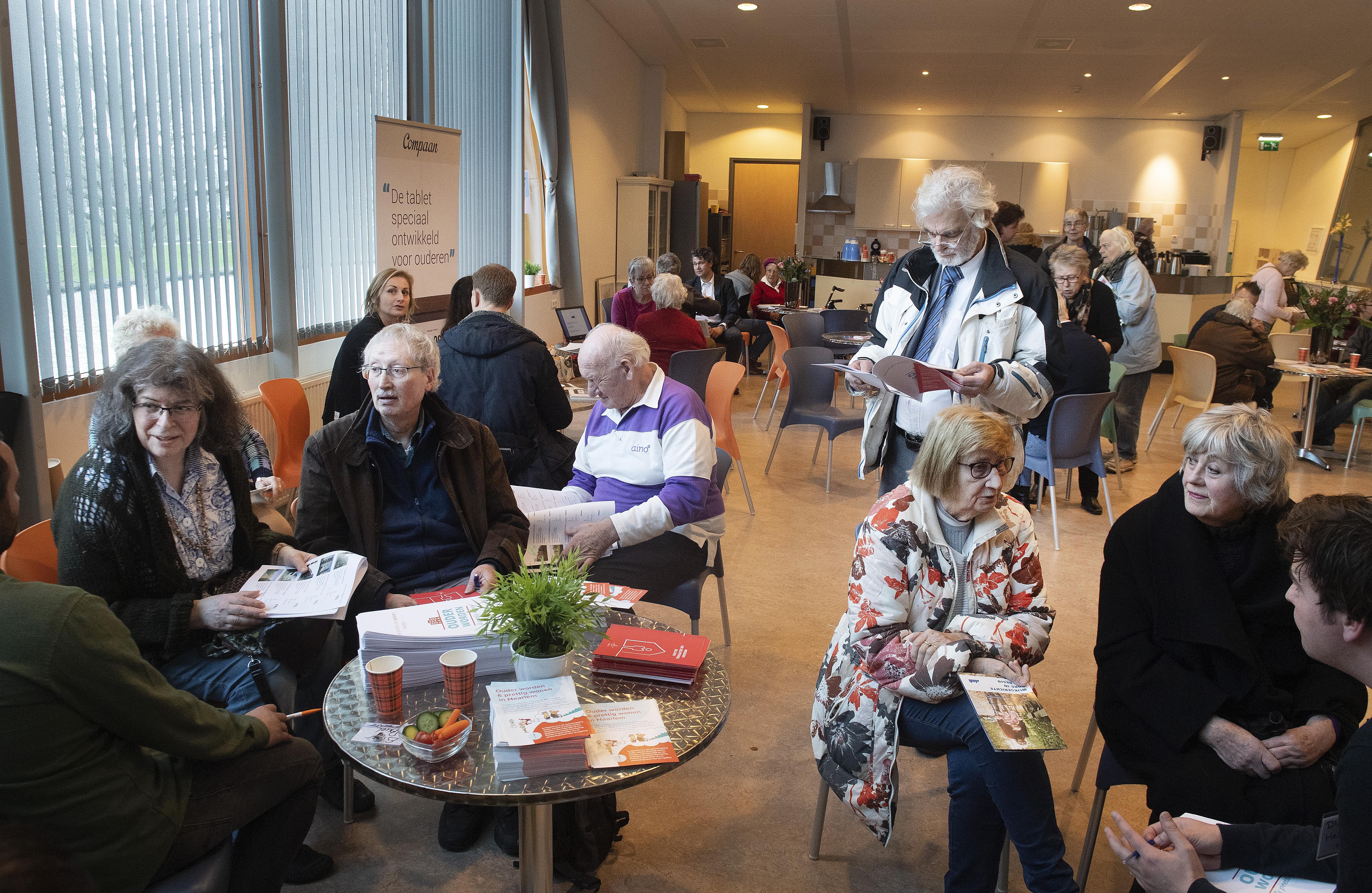 Informatiemarkt in Haarlem over langer op jezelf wonen als oudere trekt veel bezoekers