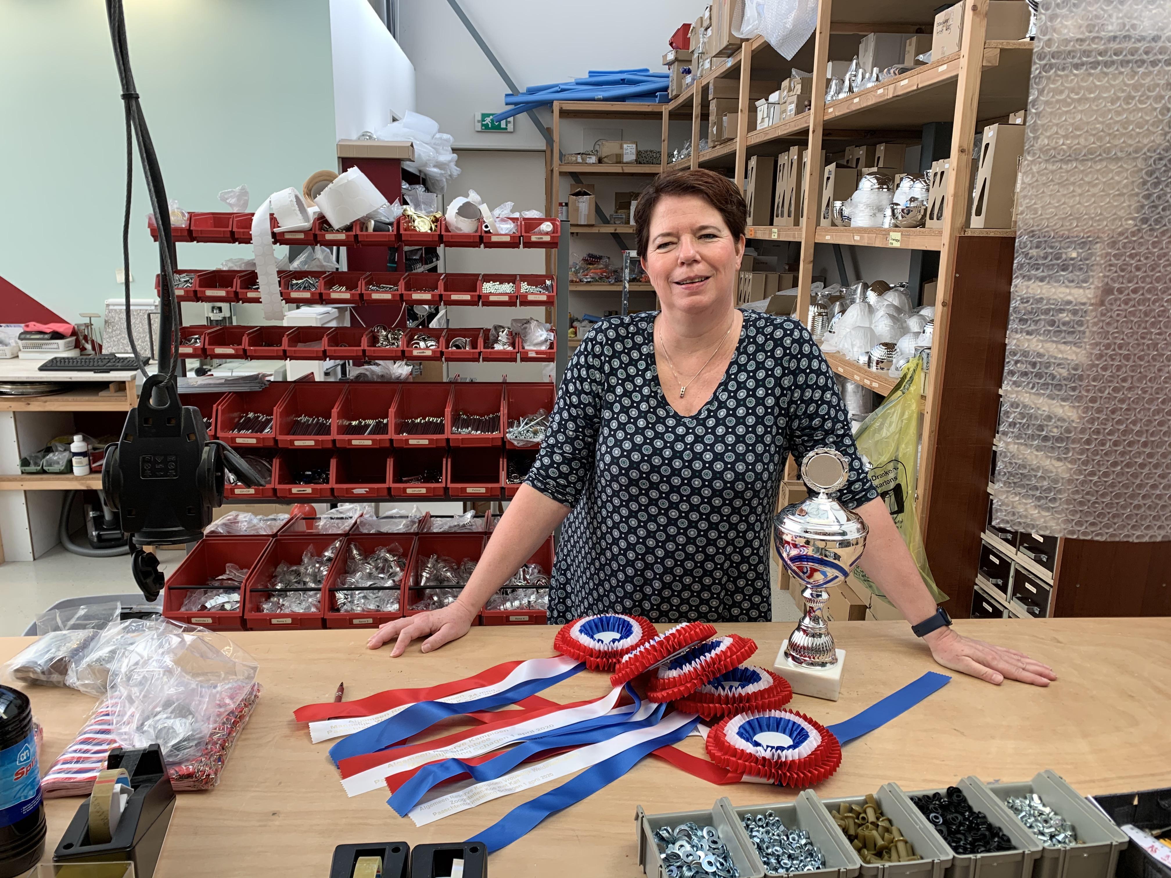 Verkoop van vaantjes, medailles, schalen en bokalen volledig ingestort bij Kuiper Sportprijzen in Opmeer: 'De beker moet he-le-maal leeg!'