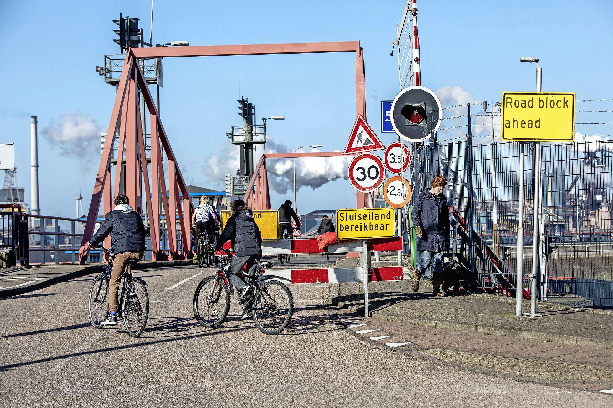 Velsen 'zwaar teleurgesteld' over besluit Rijkswaterstaat om sluisroute slechts voor een deel open te stellen. Wijkplatformvoorzitter Zwakman: 'Het lijkt erop dat ze bij Rijkswaterstaat niet kunnen plannen'