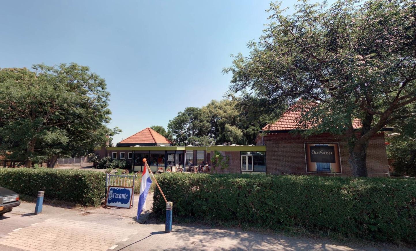 PvdA en Seniorenpartij zetten vraagtekens bij verkoop OldSkoel in Burgerbrug.'Er is ook geen navraag gedaan in het dorp naar wensen voor andere bestemmingen voor het pand'