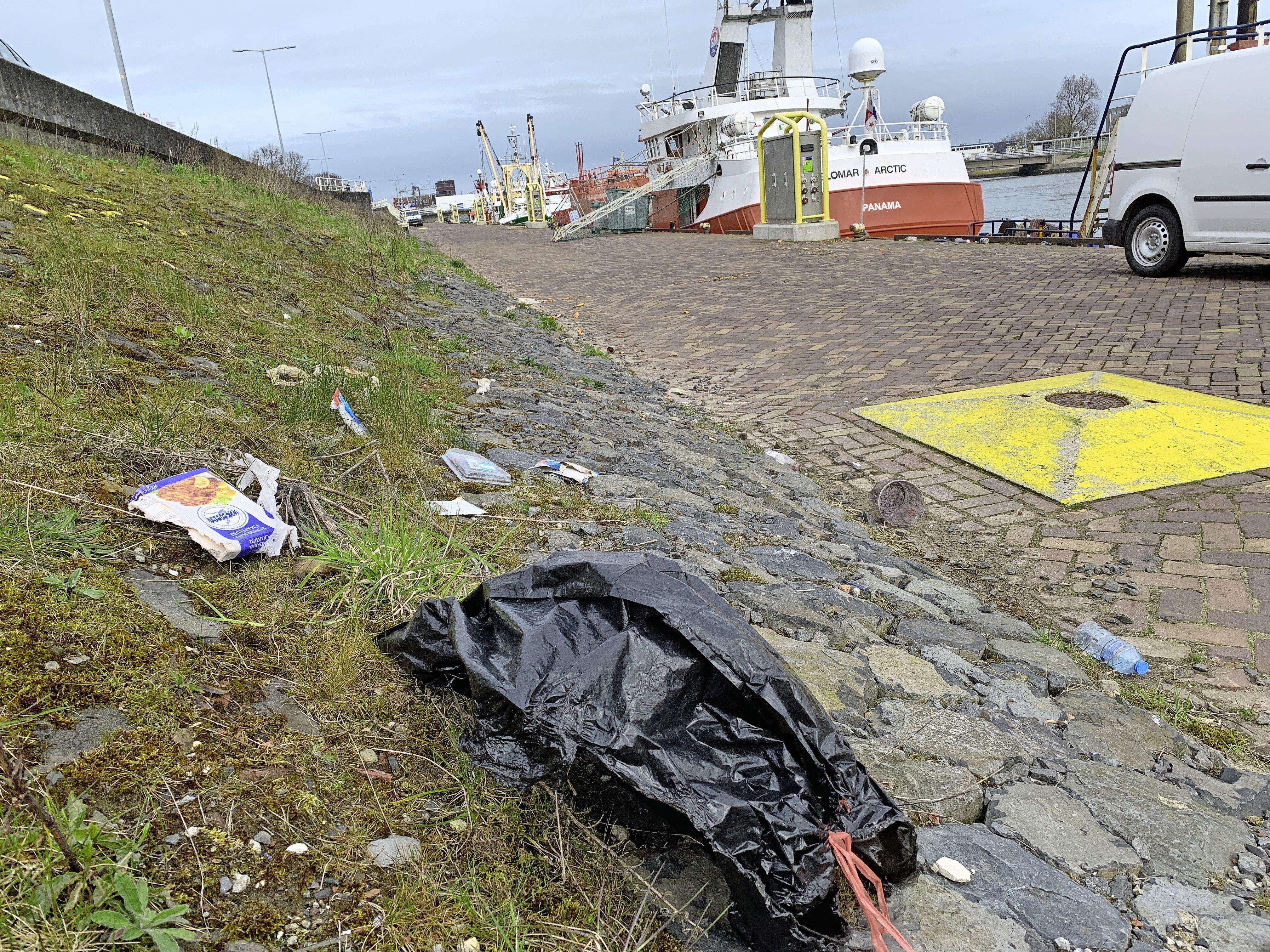 Helderse vissers zijn bang voor ratten op de kade door afval dat niet goed wordt opgeruimd; het havenbedrijf belooft beterschap