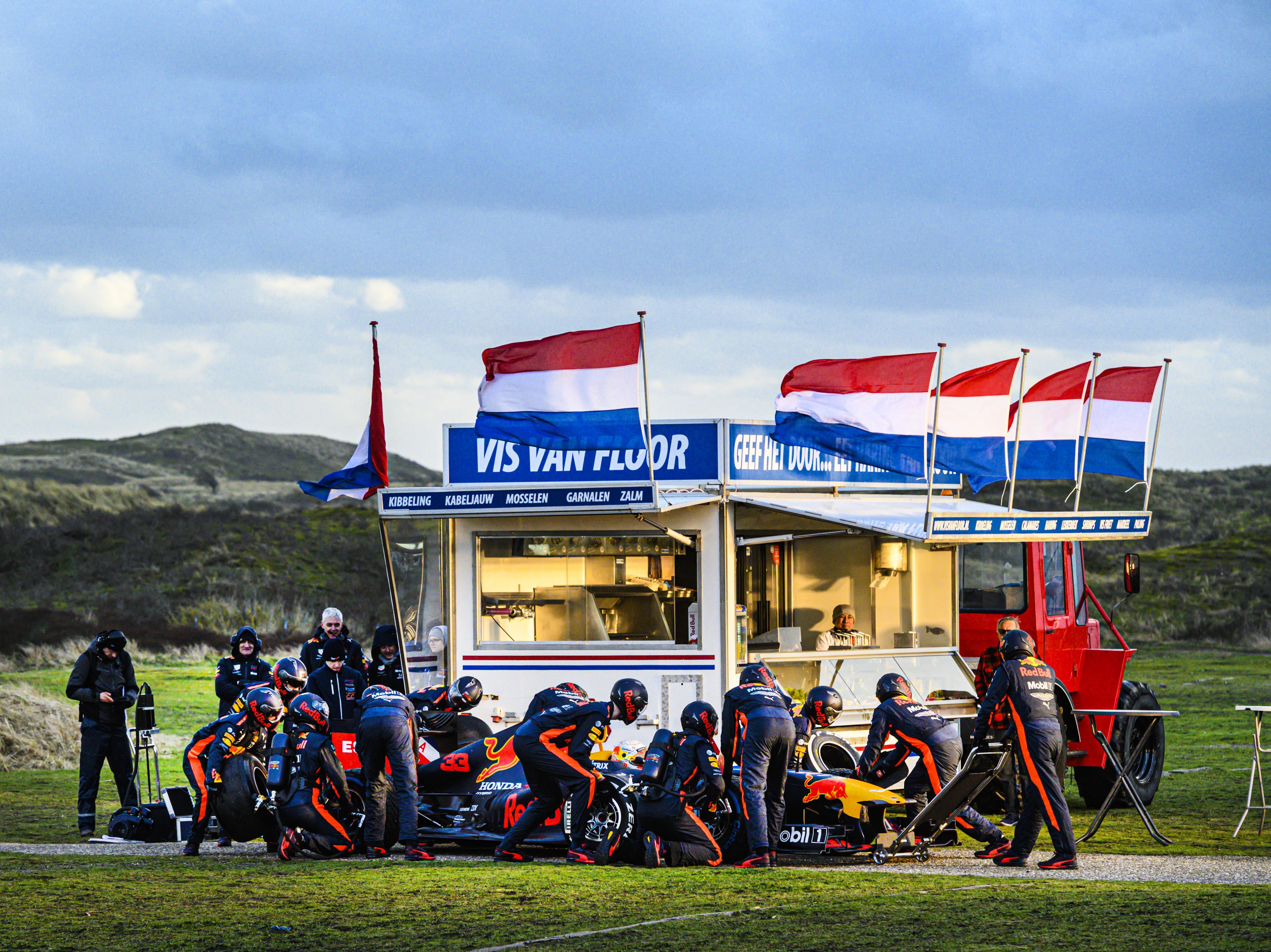 Max Verstappen is in Zandvoort en rijdt met zijn Red Bull over het circuit