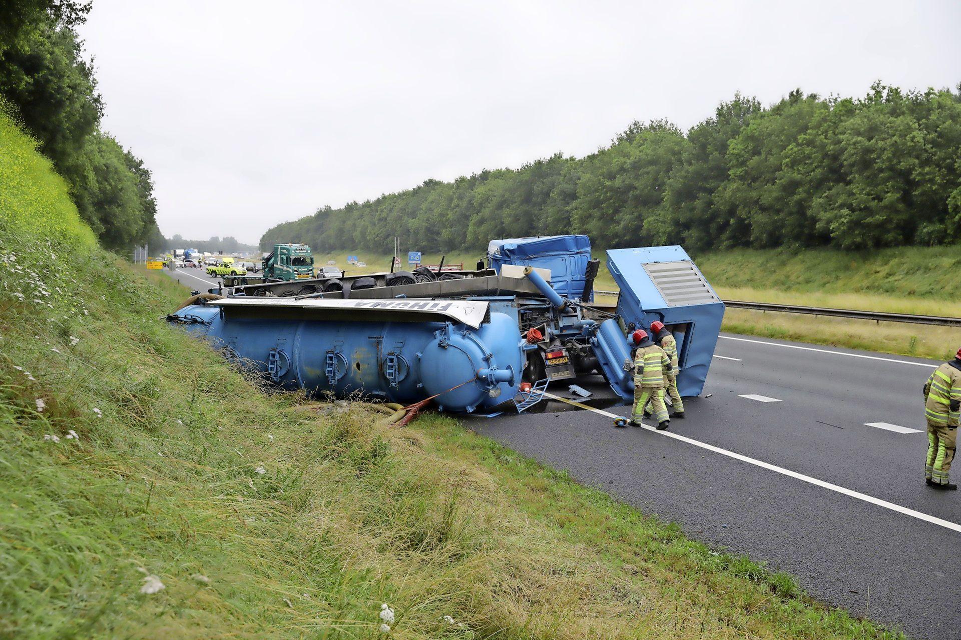 Vrachtwagen kantelt op A27 bij Eemnes
