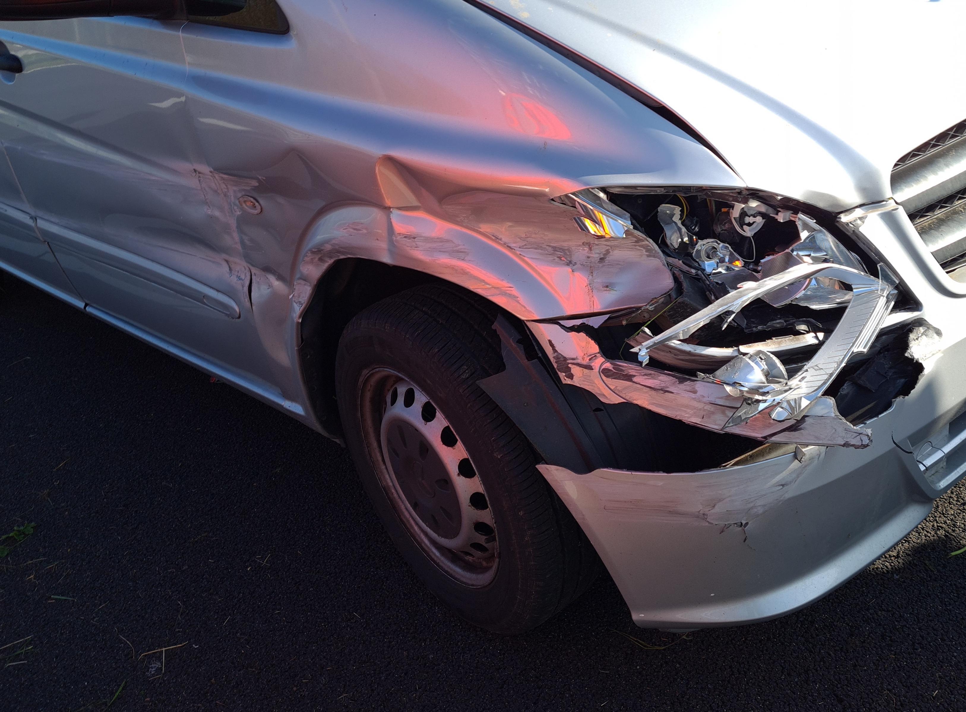 Busje crasht op de A9 bij Velsen-Zuid, bestuurder gewond