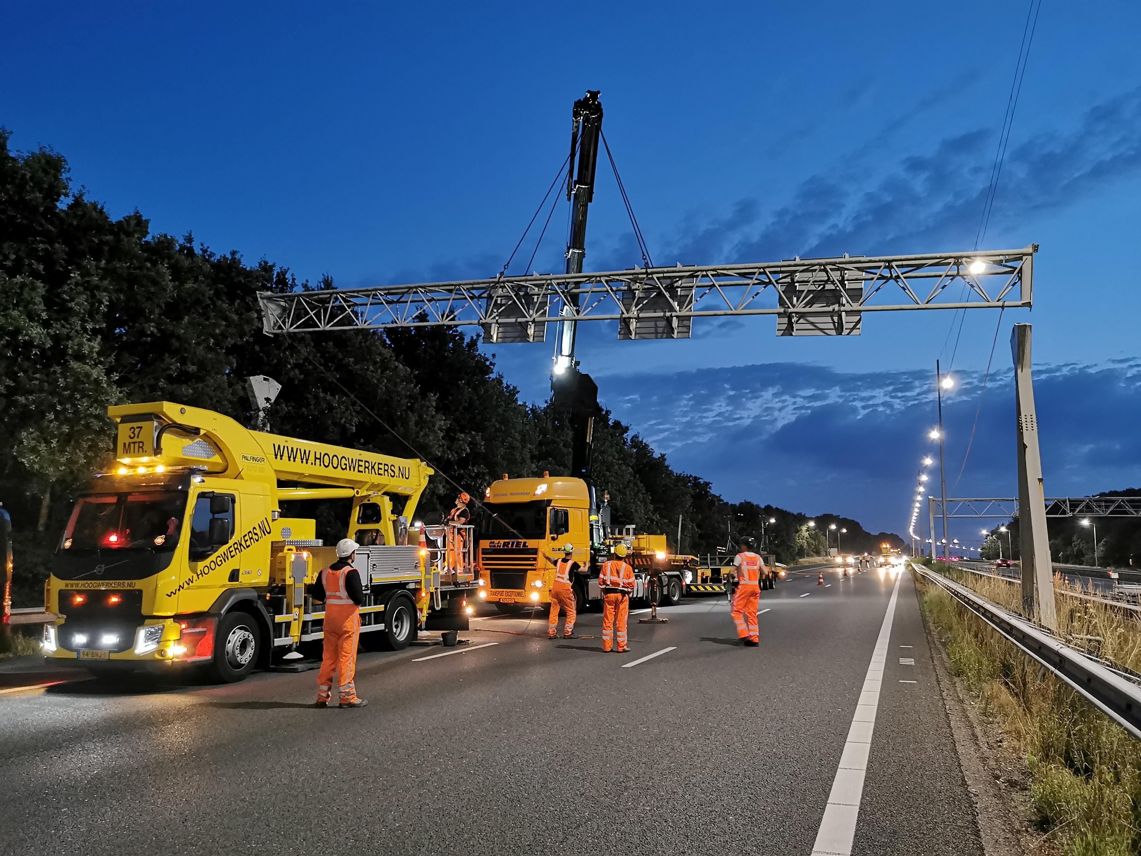 'Strakke logistieke dans.' Rijkswaterstaat werkt 's avonds en 's nachts aan vijftien portalen op de A1 tussen Muiderberg en Eemnes