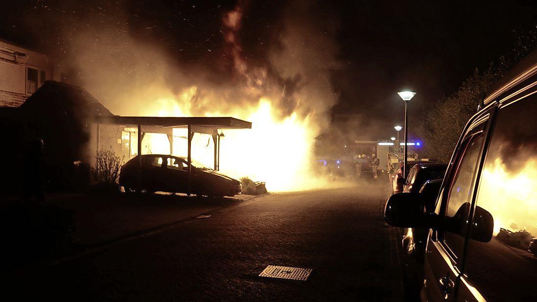 Zeer grote brand aan het Hoefblad in Zwaag; meerdere woningen verwoest, acht huizen ontruimd [video]