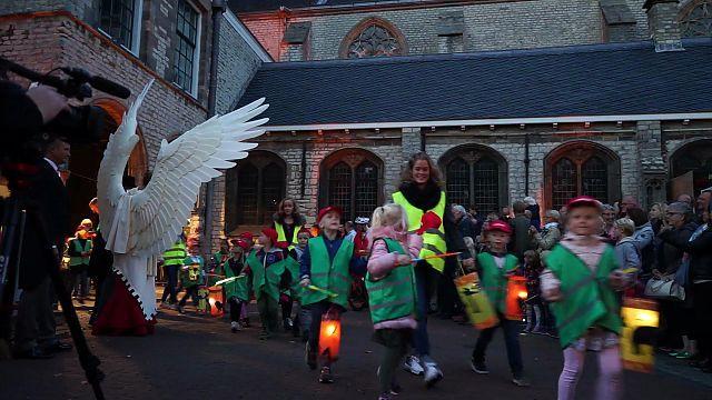 Stoet van 2000 kinderen met lampionnen door Alkmaarse binnenstad [video]