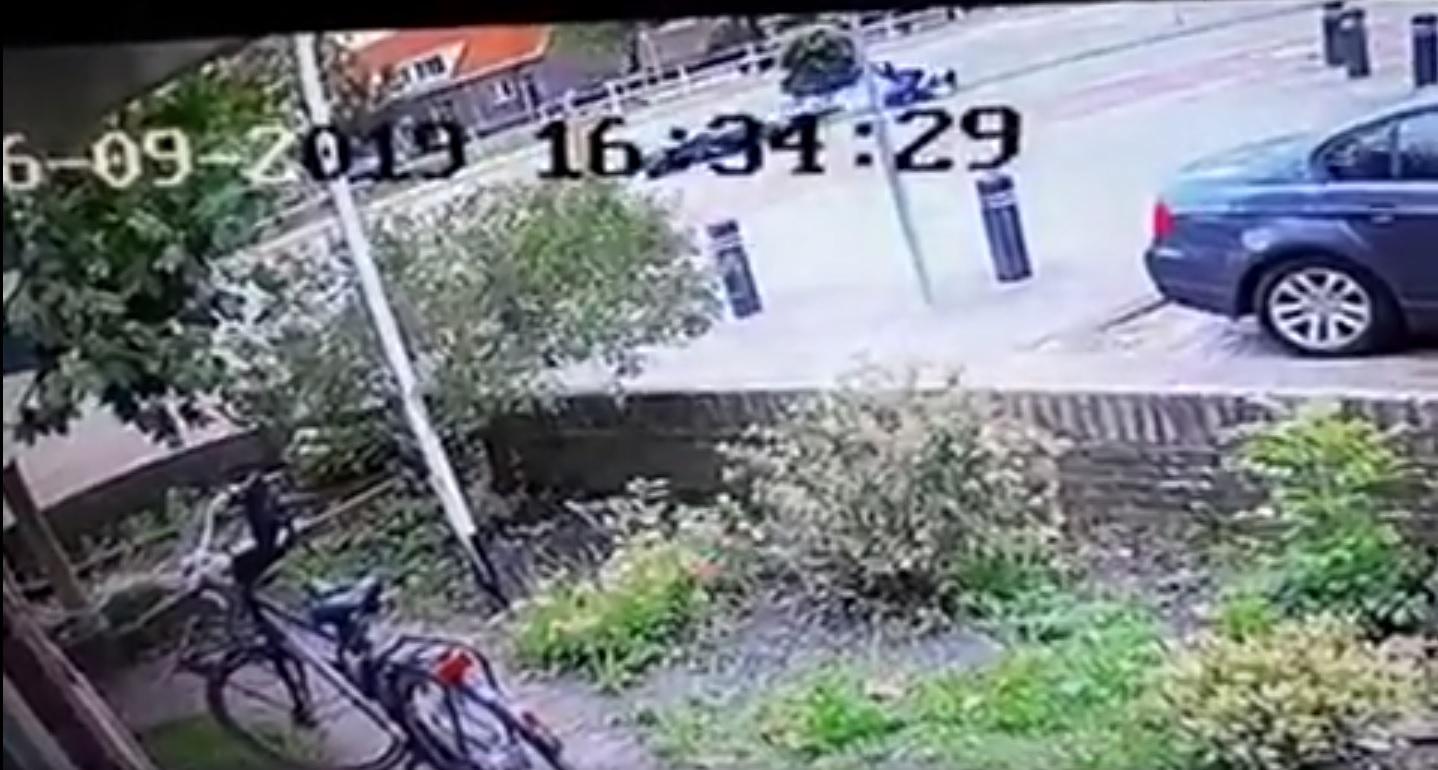 Scooterrijder rijdt door na aanrijding in Alkmaar, maar meldt zich alsnog [video]