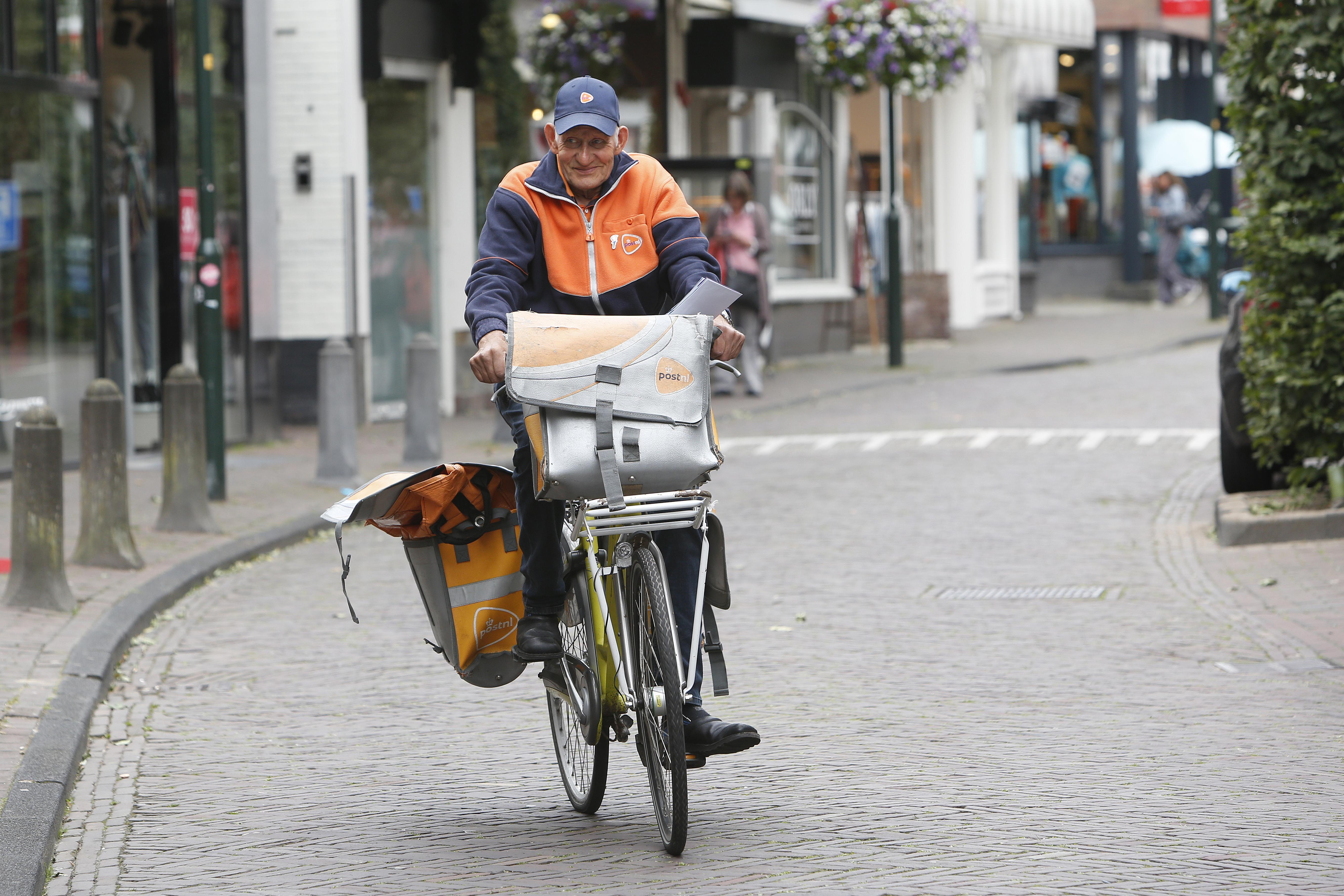 Daan kent iedereen en iedereen kent Daan. Postbode Kikkert (77), dé postbesteller van Laren, weet ook na 57 jaar van geen ophouden. 'Ik ga door zolang ik lol heb met mijn meissies.'