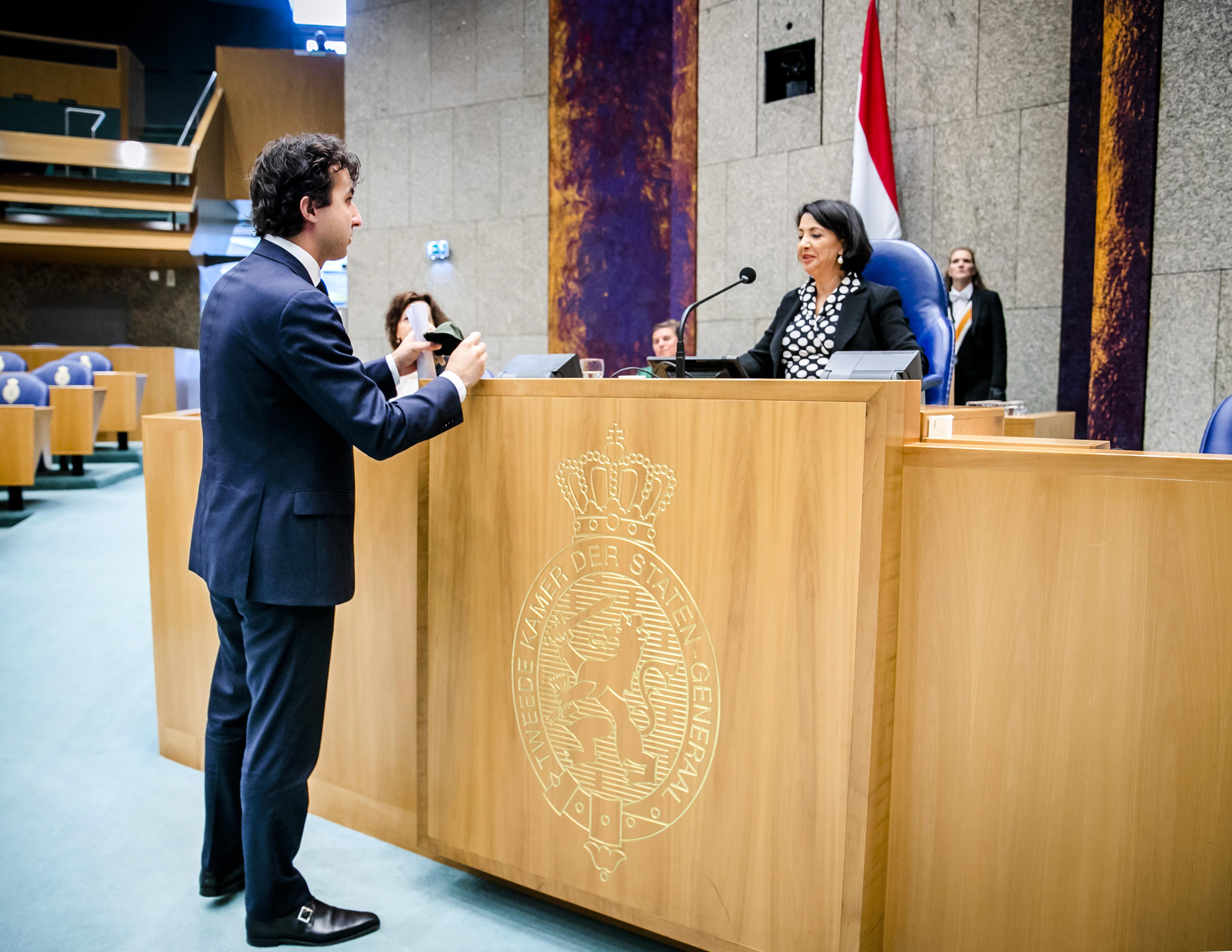 Meerderheid Tweede Kamer wil mondkapjes in winkels, horeca en publieke ruimtes