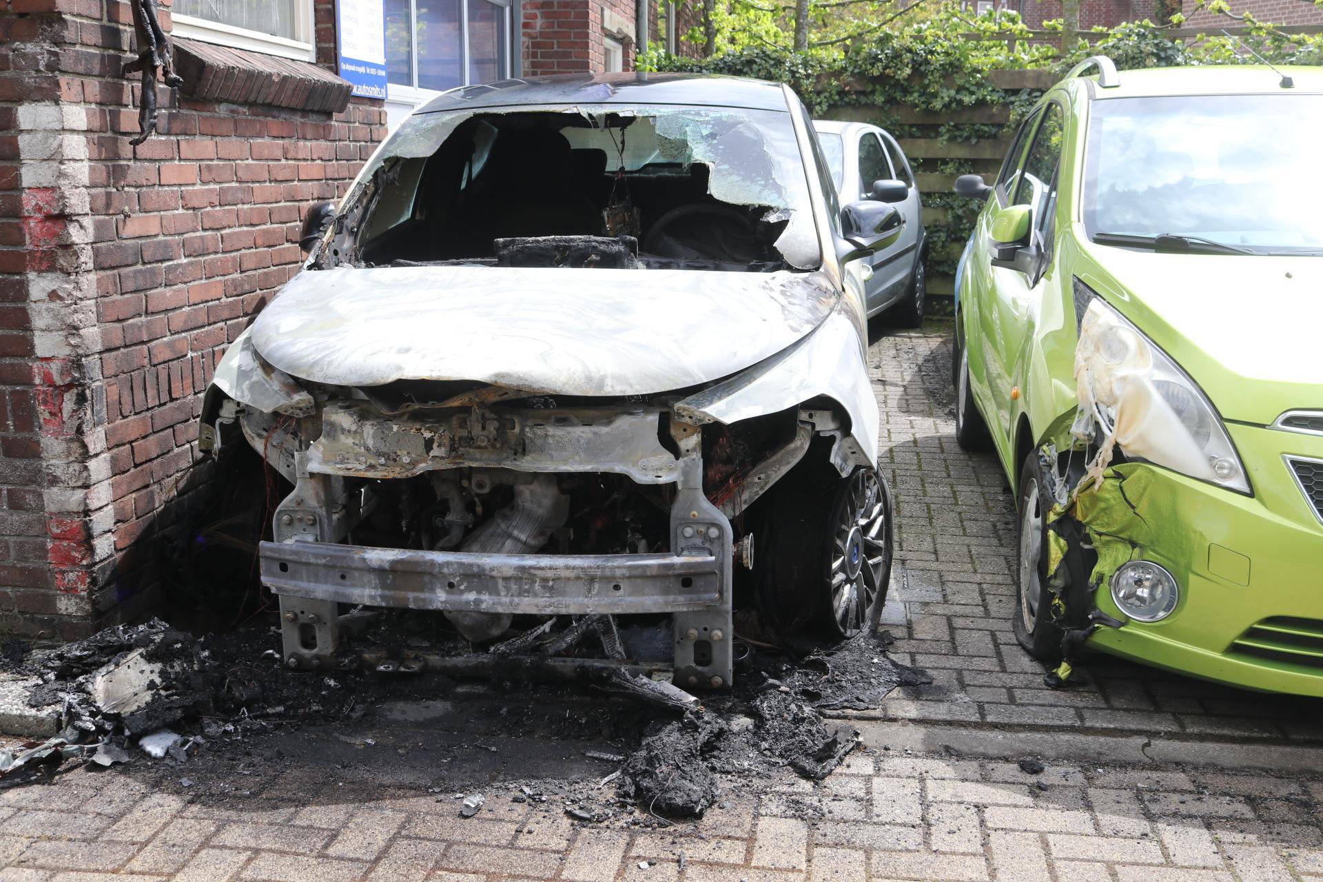 Auto uitgebrand bij autobedrijf in Hillegom; gebouw en andere auto lopen schade op