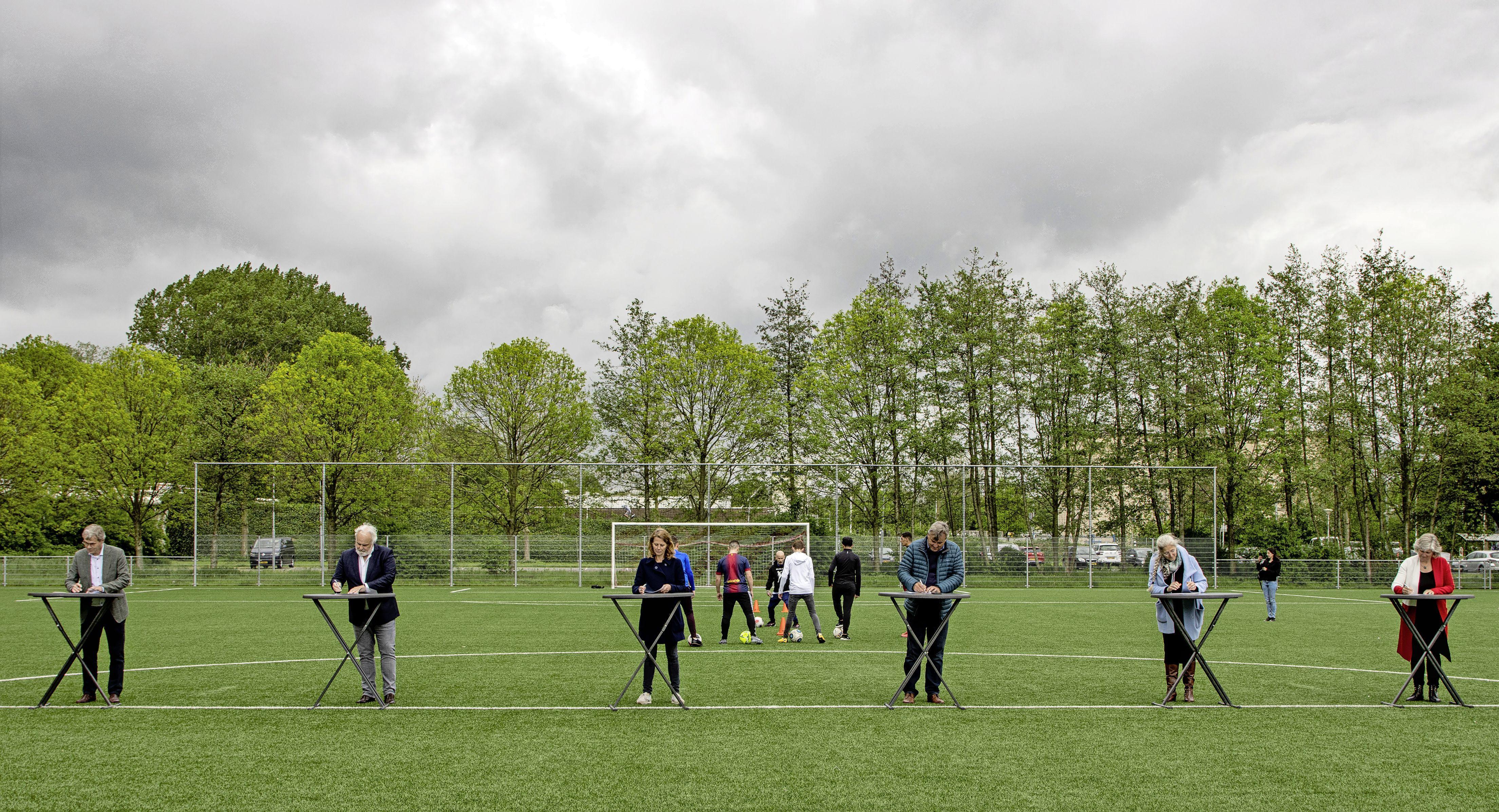 Convenant ondertekend in Zaandam om jongeren meer te laten sporten: 'Voor kinderen van gedetineerden is er vaak geen geld om hen te laten voetballen'