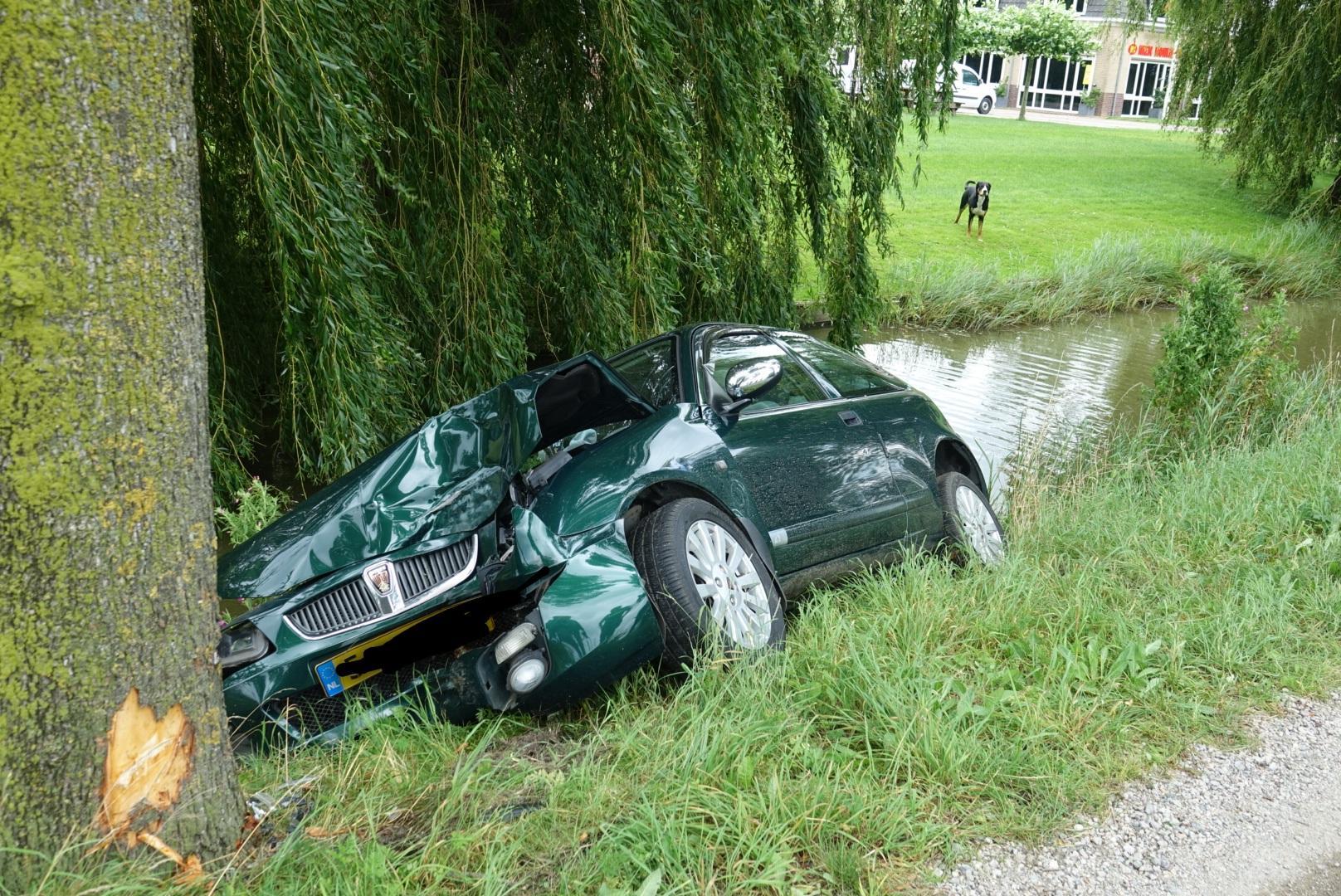 Automobilist rijdt tegen boom in Wijdewormer, auto belandt gedeeltelijk in sloot