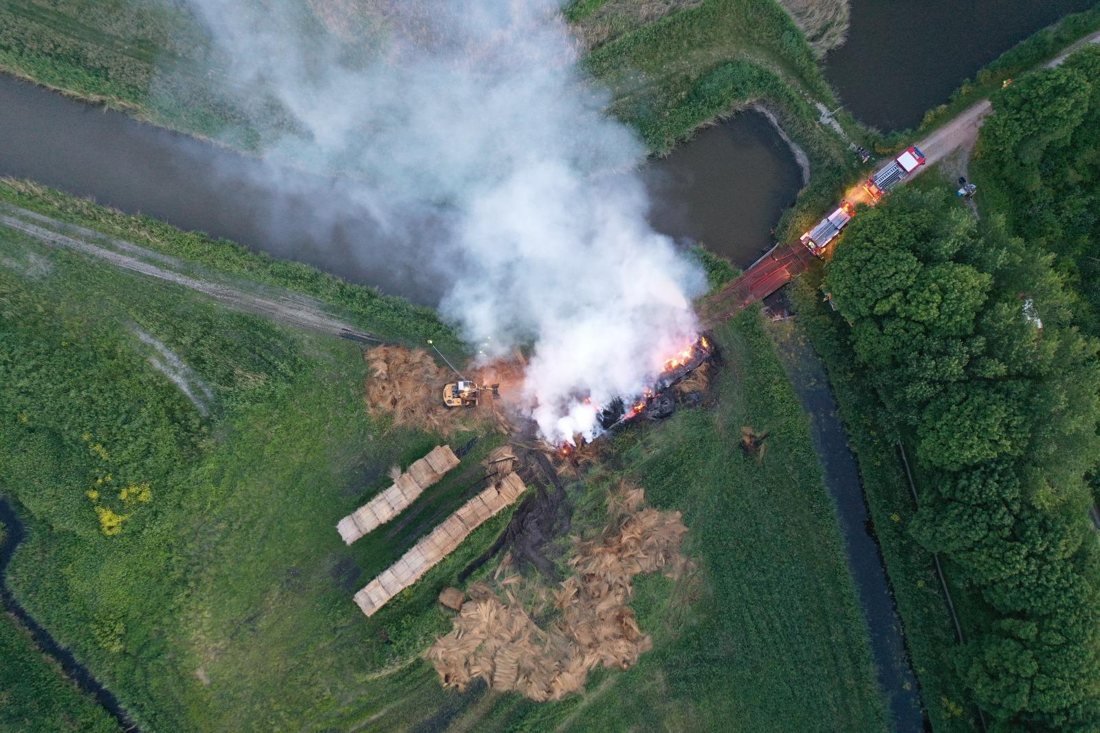 Rietdekkersbedrijf uit Bergen behoorlijk gedupeerd door urenlange brand op opslagterrein Geestmerambacht: 'Helft van rietoogst plotseling weg'