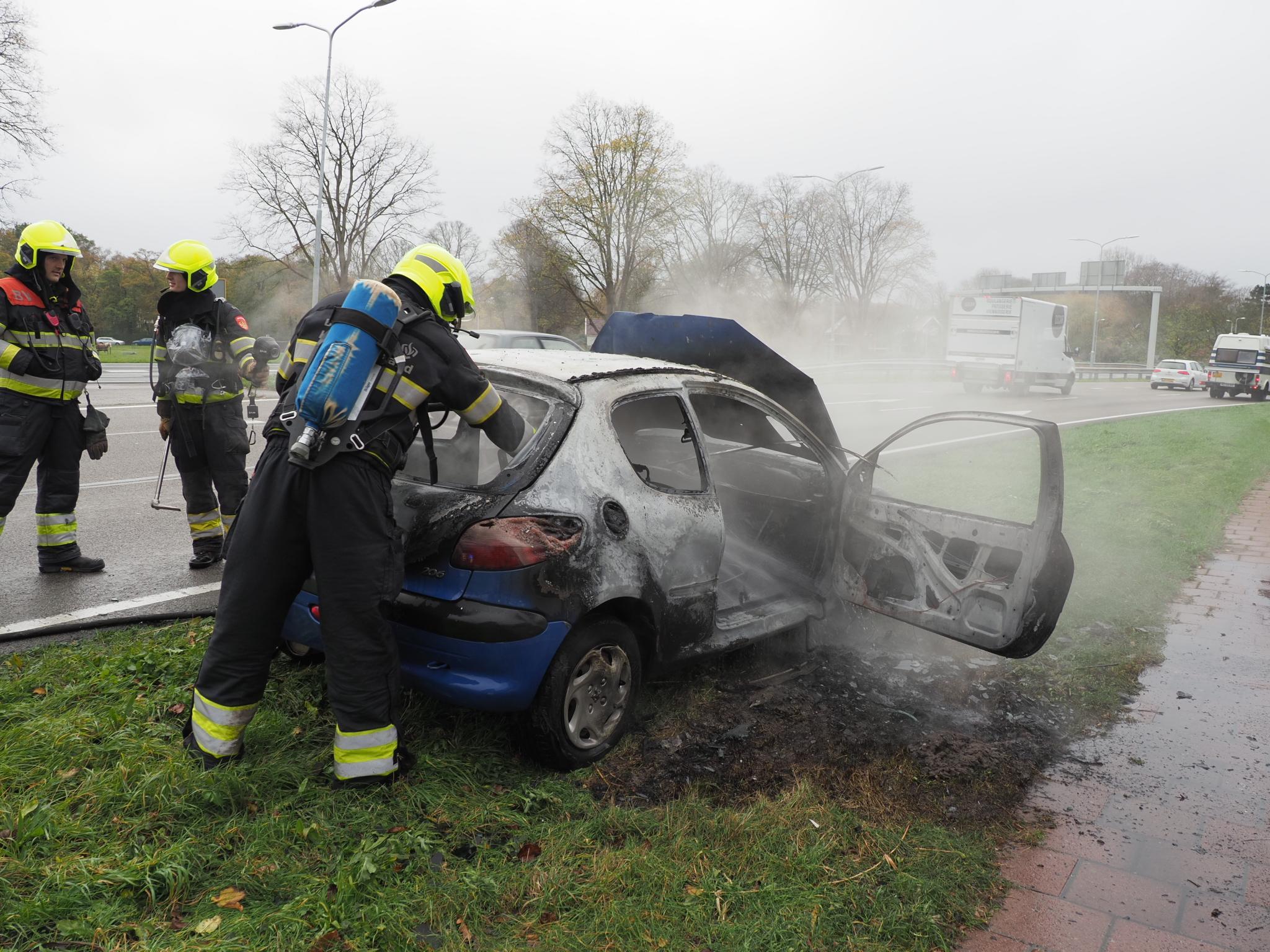 Auto vat tijdens het rijden vlam in Velsen-Zuid. Van de wagen is niets meer over