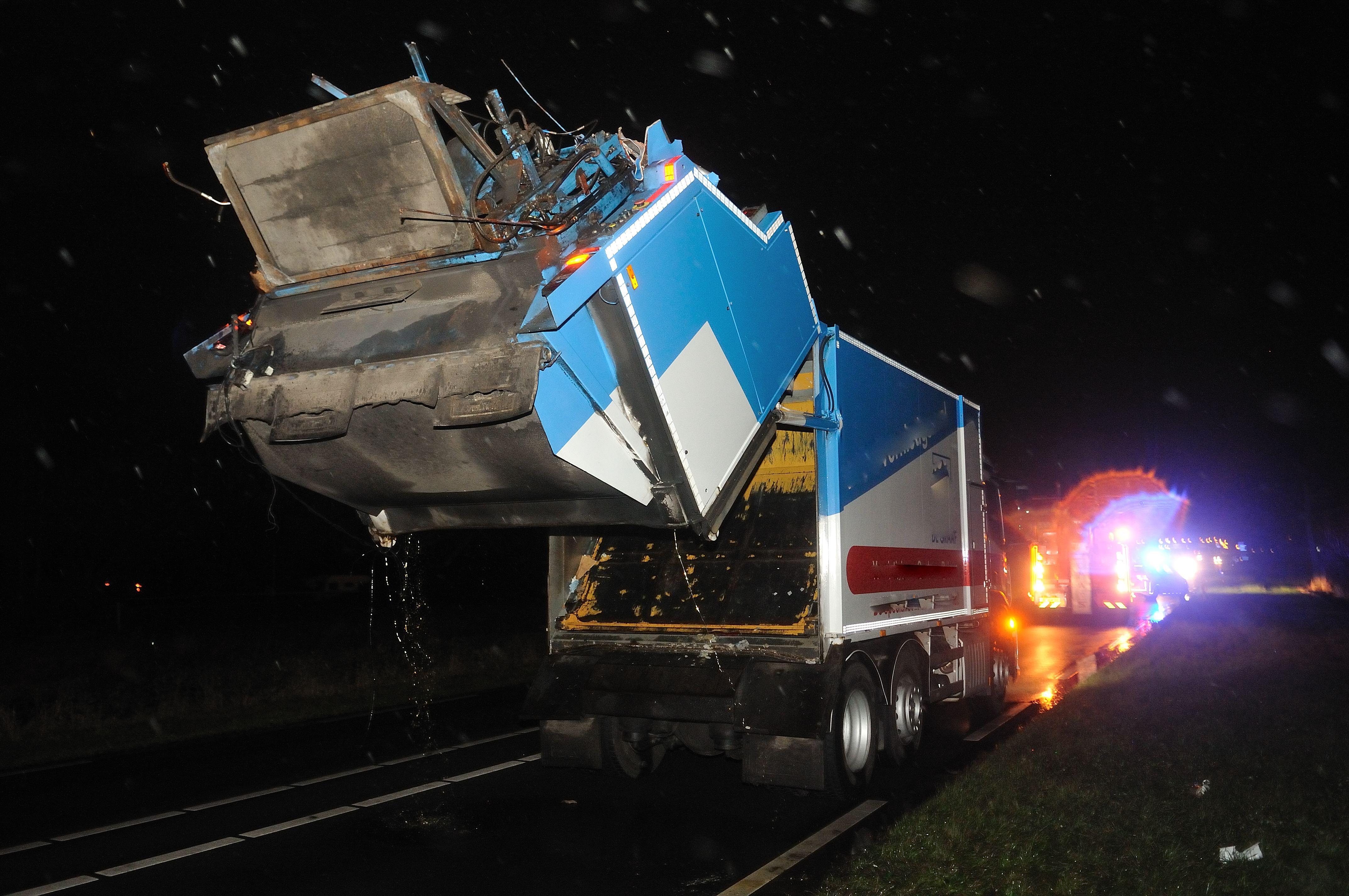 Vrachtwagen ramt spoorviaduct in Heerhugowaard, auto botst tegen onderdelen