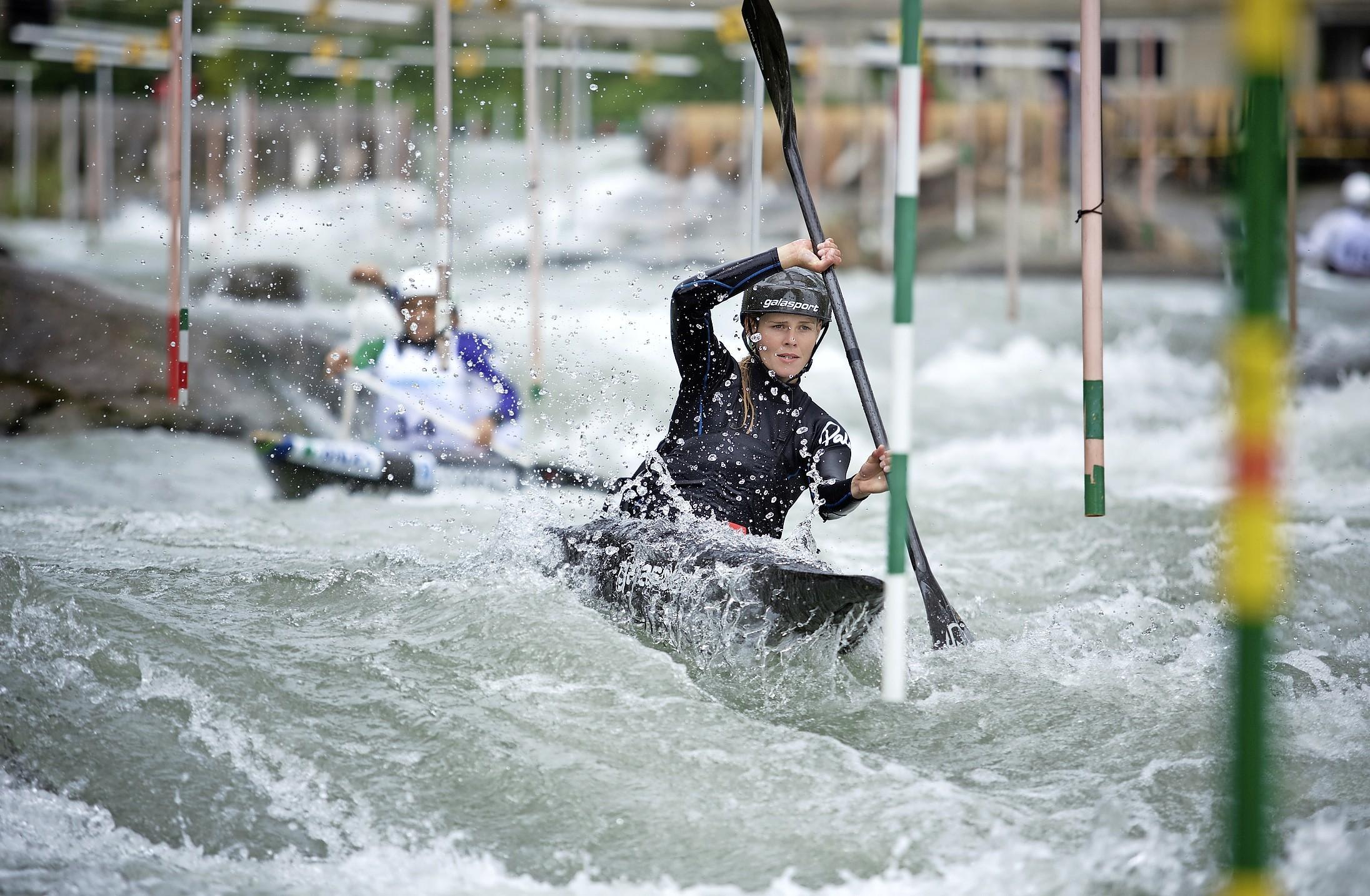 Terug in Europa was het wel even wennen voor kanovaarster Martina Wegman want in Nieuw-Zeeland leefde zij bijna anderhalf jaar zonder corona: 'Op EK in Italië is het weer superfijn op een wildwaterbaan'