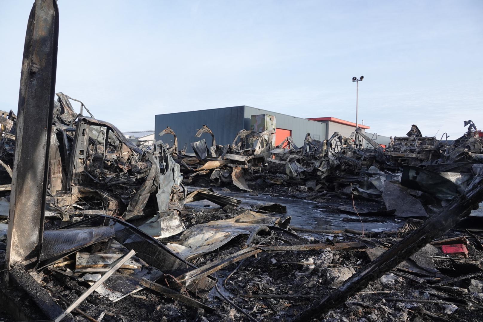 Uitslaande brand in bedrijfspand Winkel; tientallen campers en caravans gaan in rook op [fotoserie]