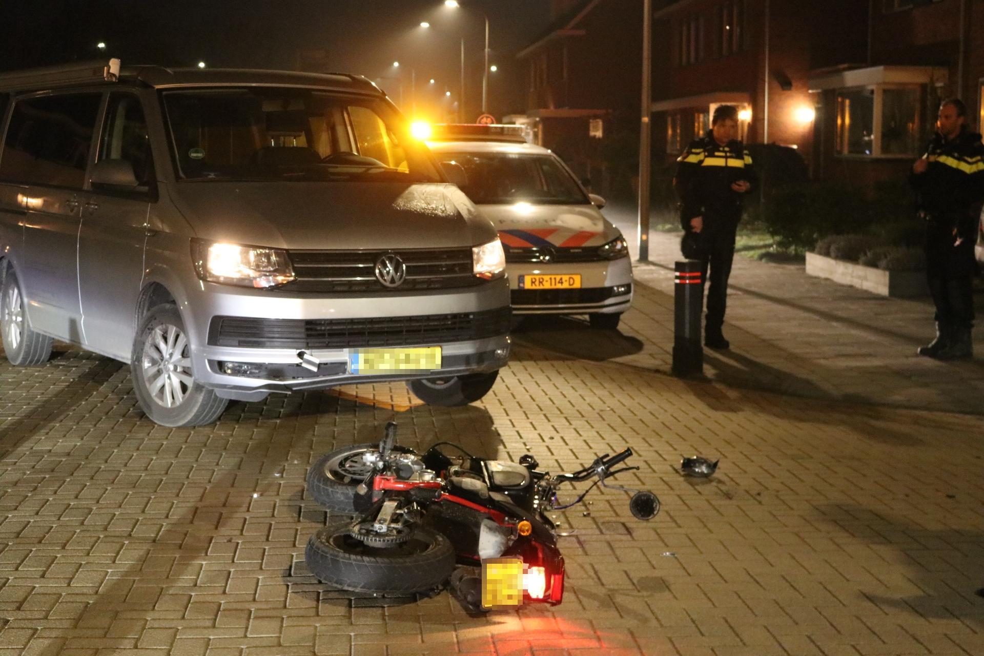 Brommerrijdster botst frontaal op bestelbus in Voorhout [update]