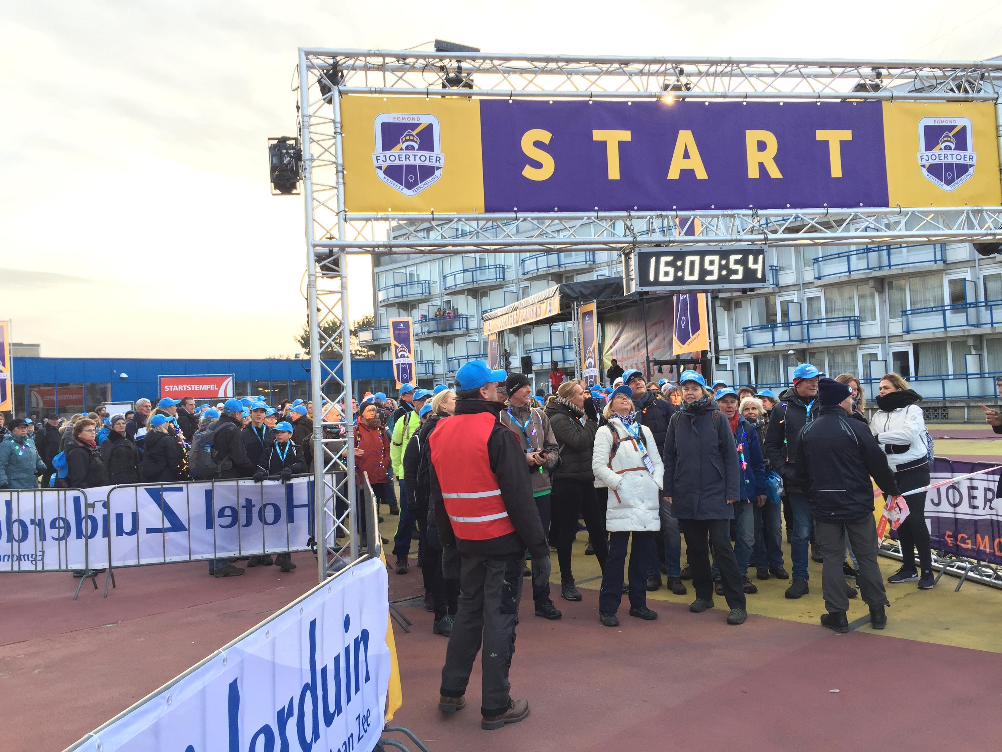 Duizenden lopen zesde Fjoertoer in Egmond aan Zee [video]