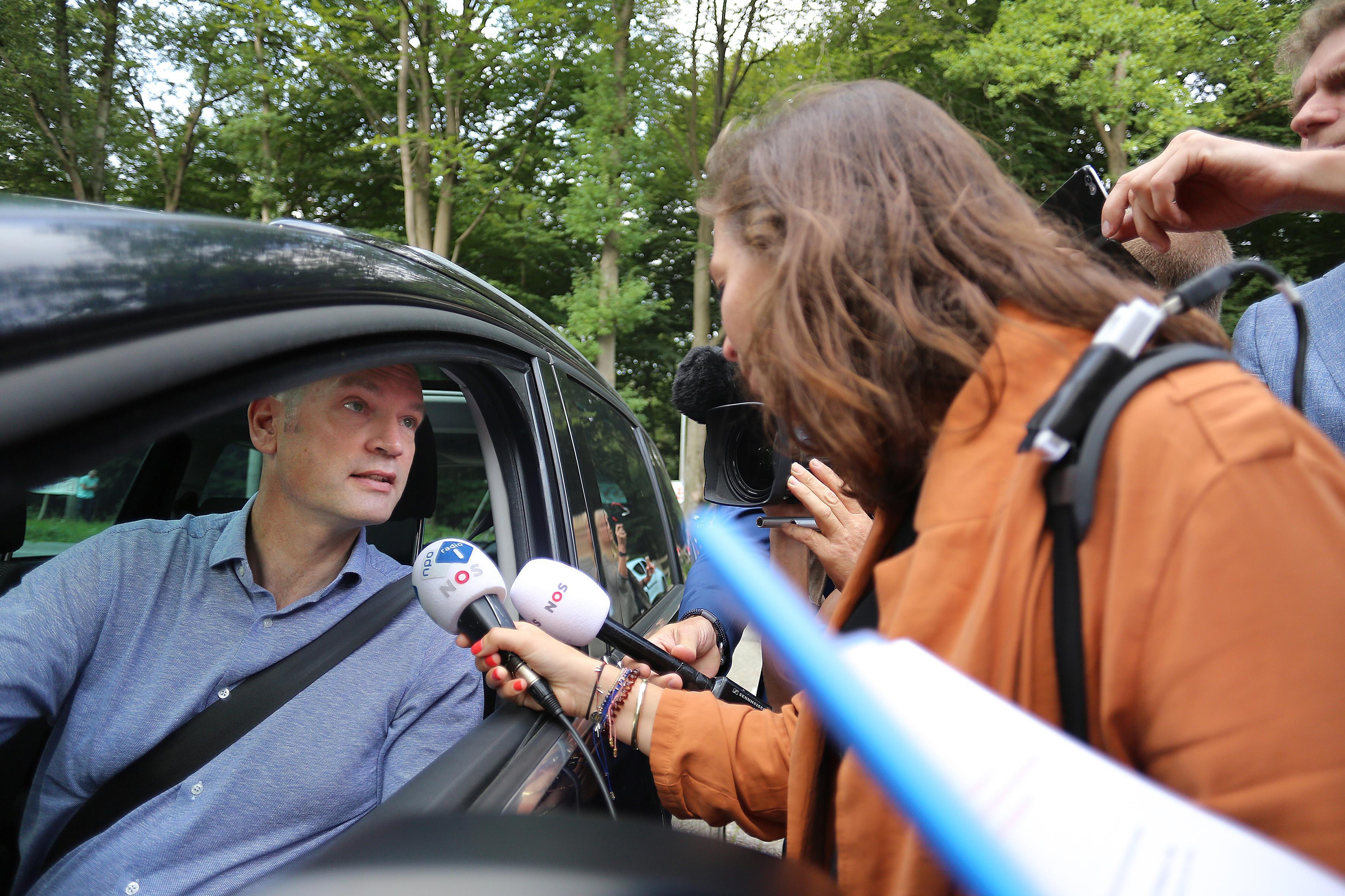Onderhandelaars aangekomen in Hilversum [foto's]