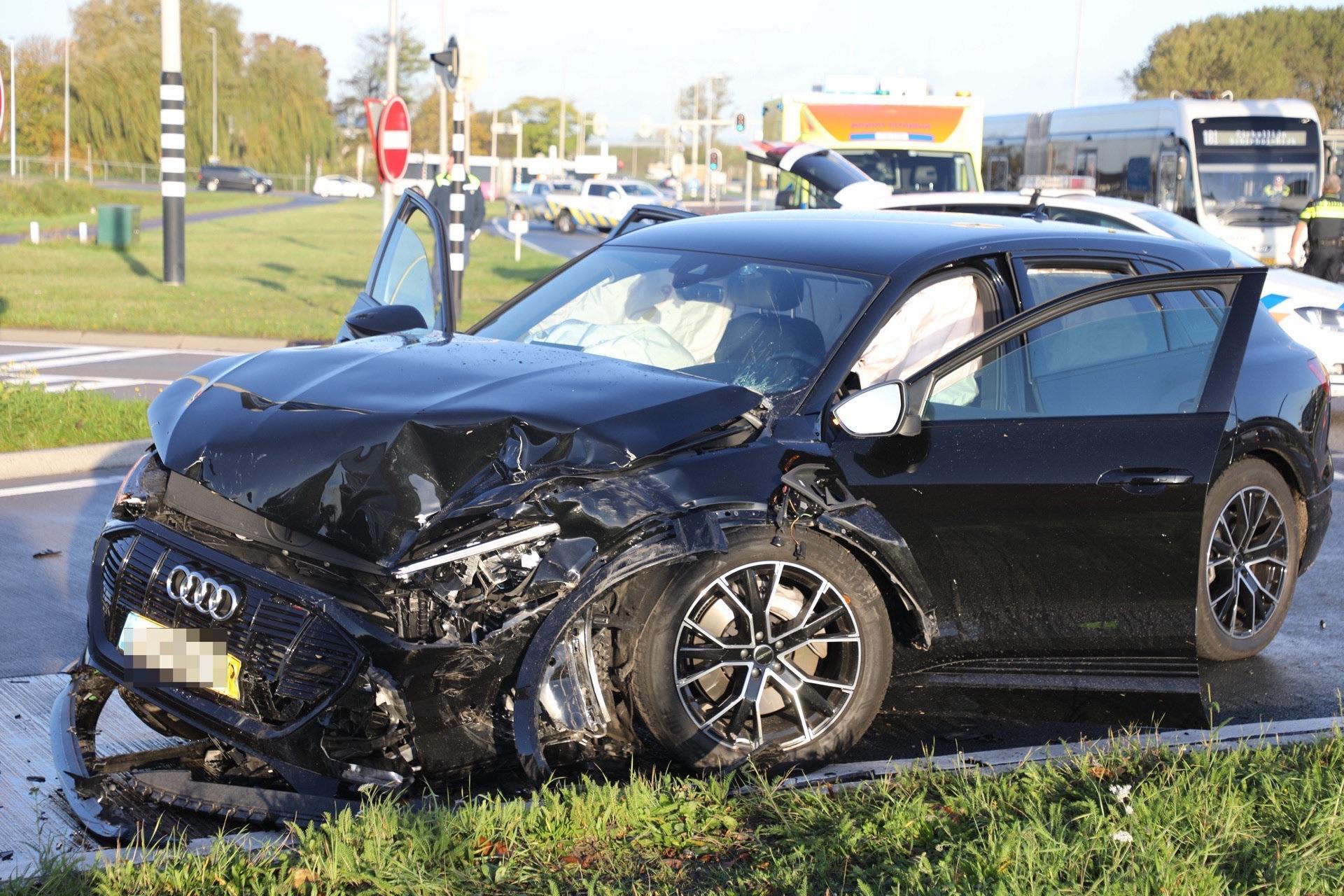 Chauffeur gewond bij botsing lijnbus en auto in Badhoevedorp
