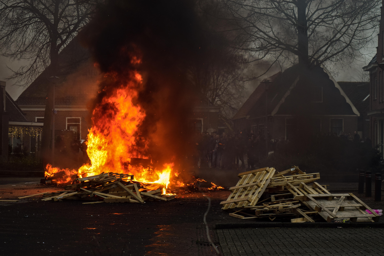 Zwarte rook en harde knallen: Opperdoes luidt het jaar uit