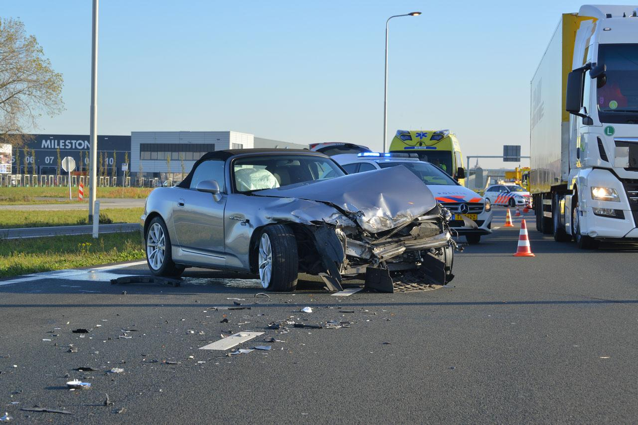 Veel schade bij botsing auto met vrachtwagen op N201