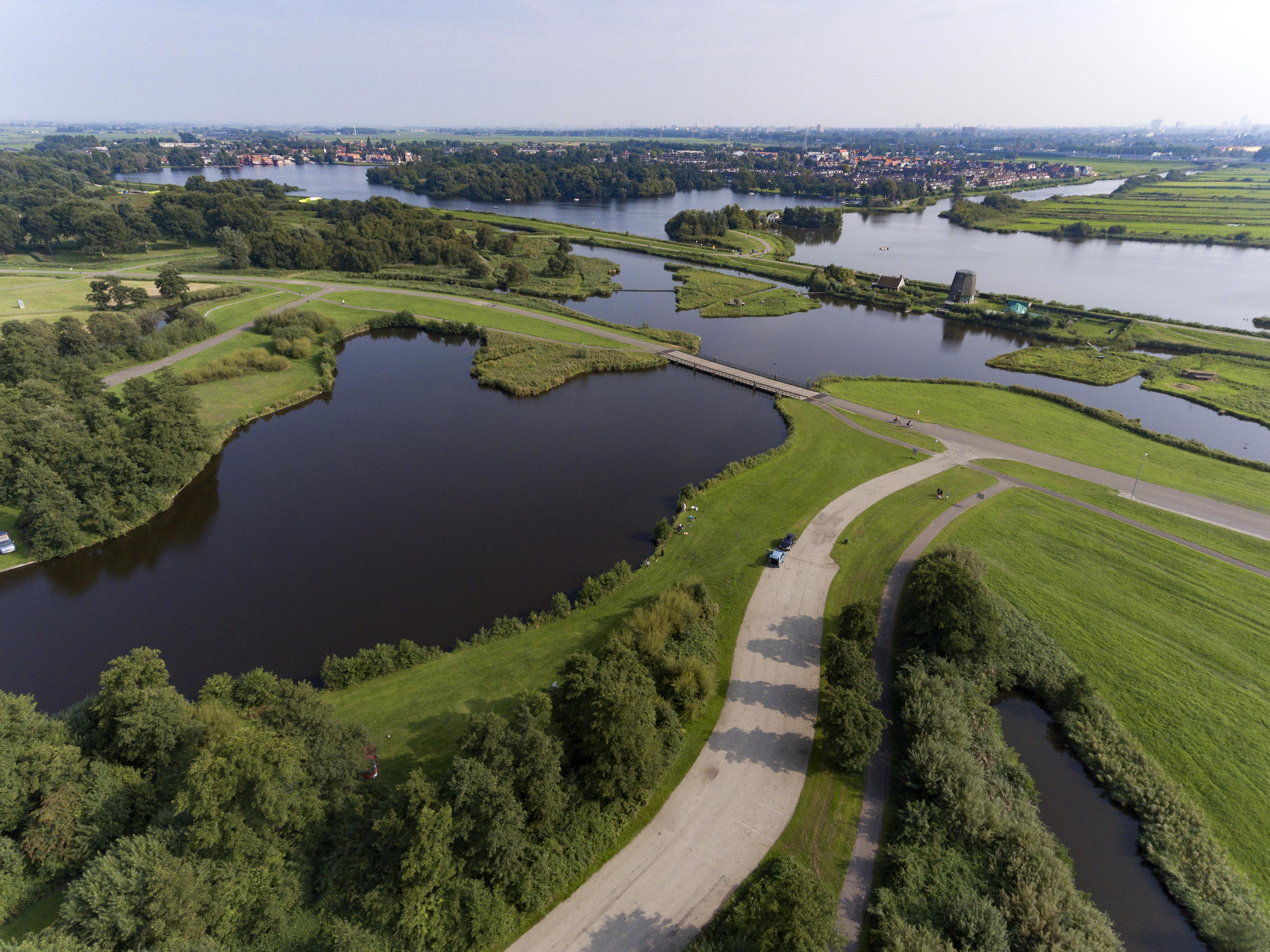 Burgemeesters Oostzaan en Landsmeer drukken inwoners op het hart om uit het Twiske te blijven: 'Anderhalve meter afstand wordt niet in acht genomen'