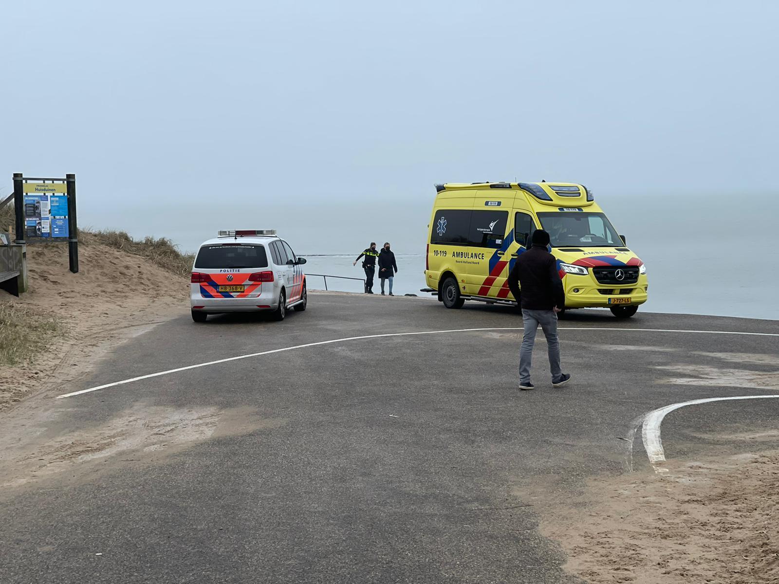 Probeer maar eens overeind te blijven op de verraderlijk gladde strandopgang bij Huisduinen; hulpdiensten rukken uit voor valpartij