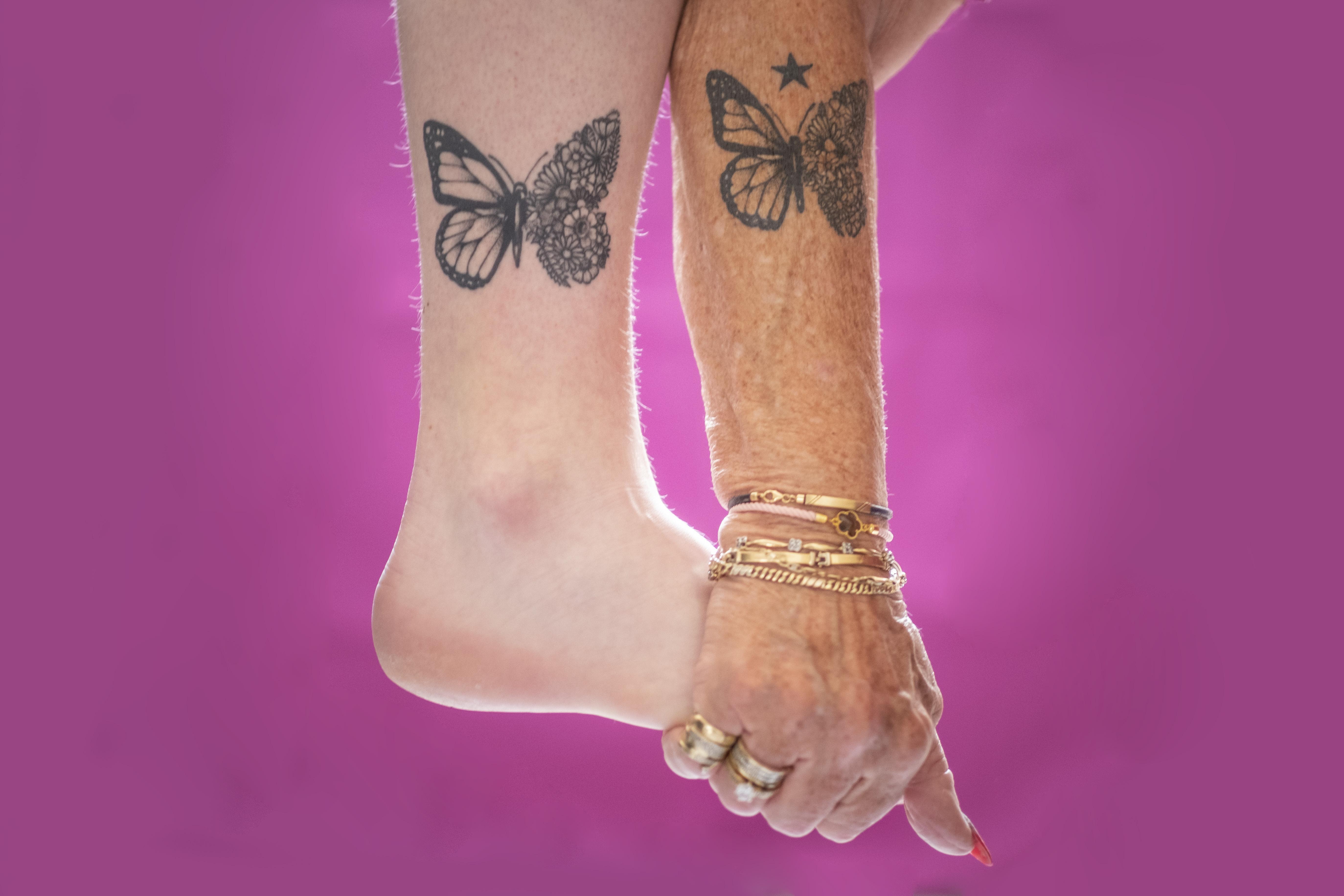 Oma Elly (76) en kleindochter Charelle (19) hebben dezelfde tattoo