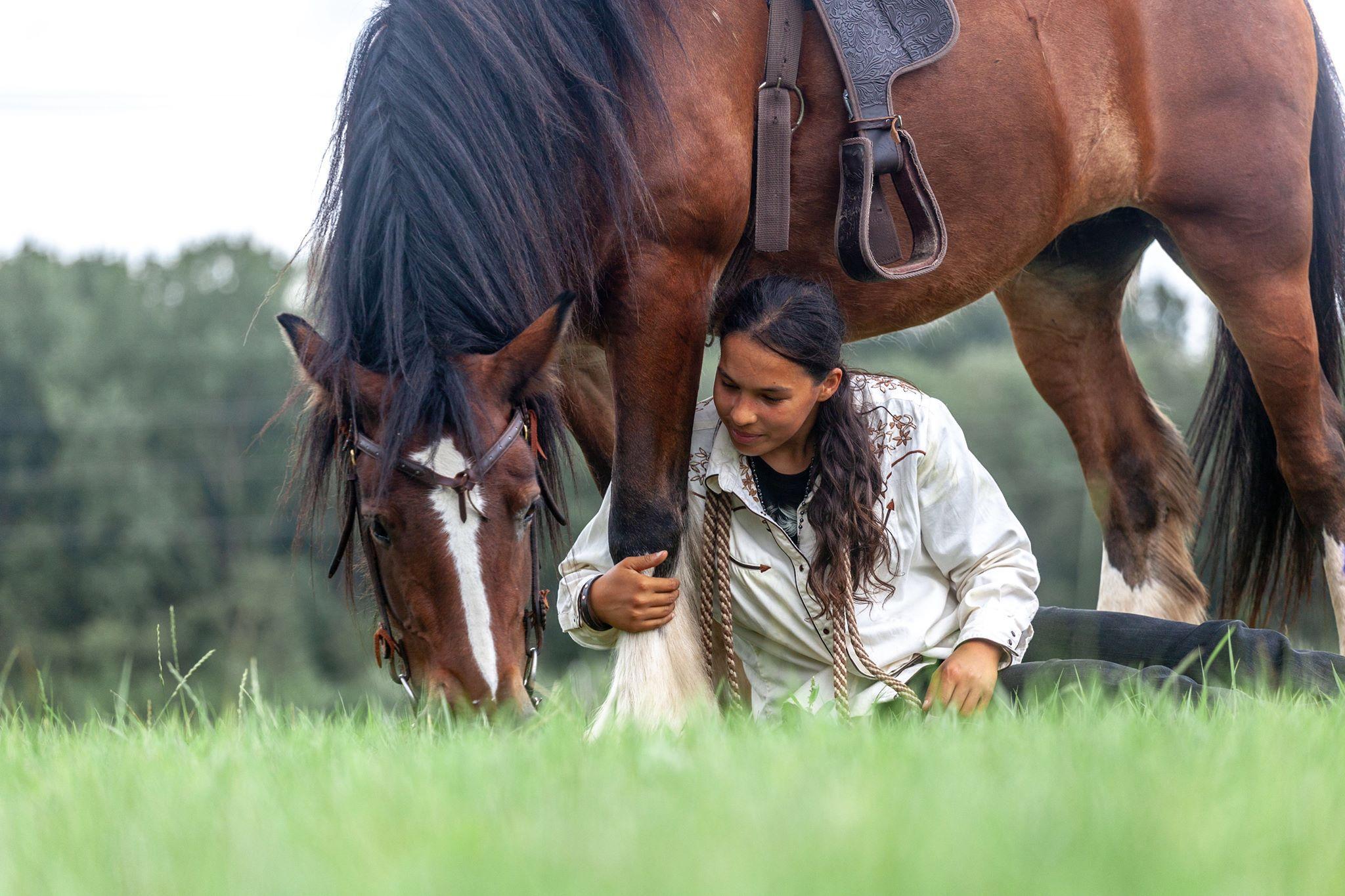 Paard Rebel belandt tot aan haar buik in de modder op ruiterpad in recreatiegebied Spaarnwoude