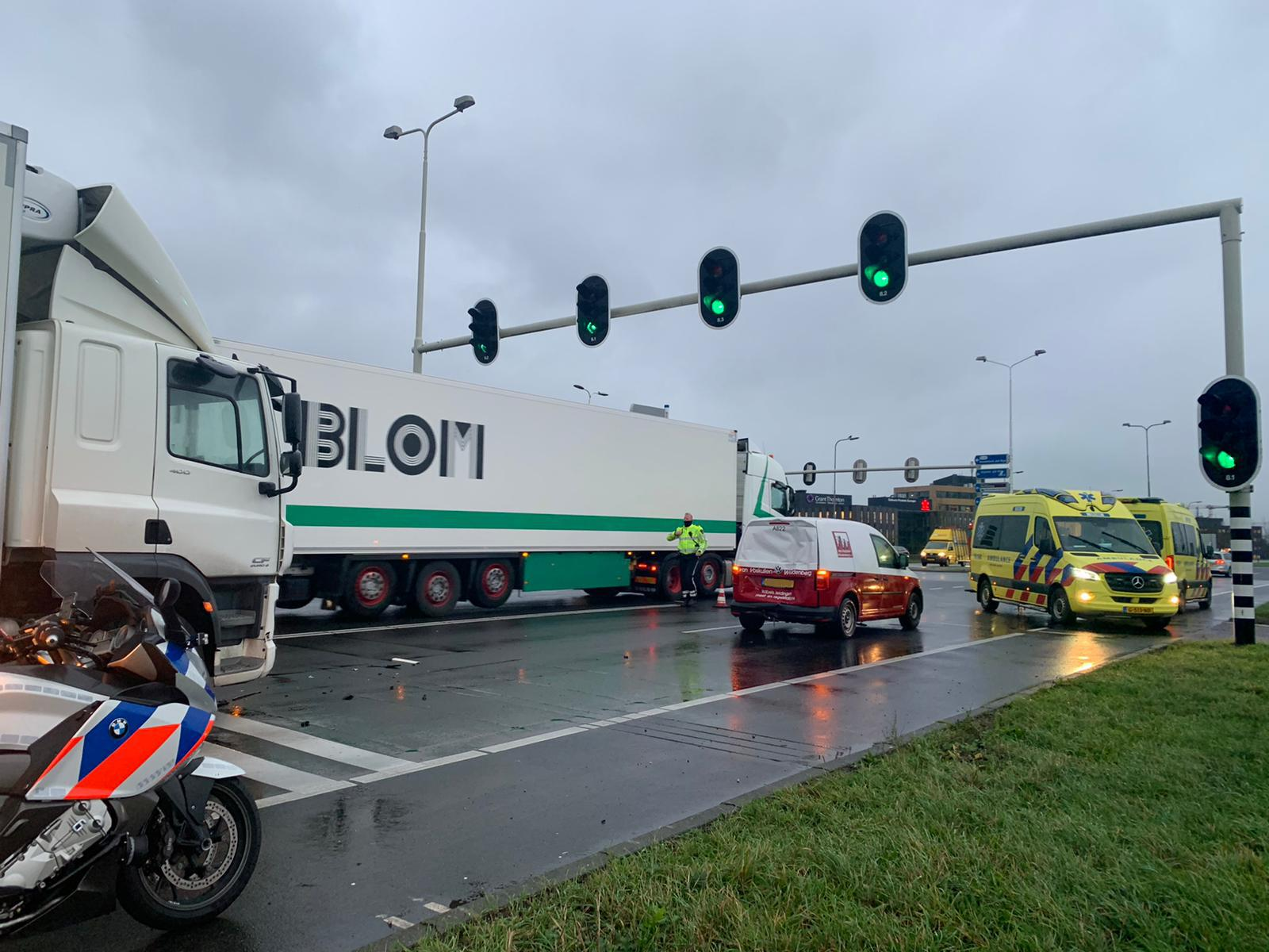 Twee gewonden bij kop-staartbotsing vrachtwagen en bedrijfswagen in Alphen aan den Rijn