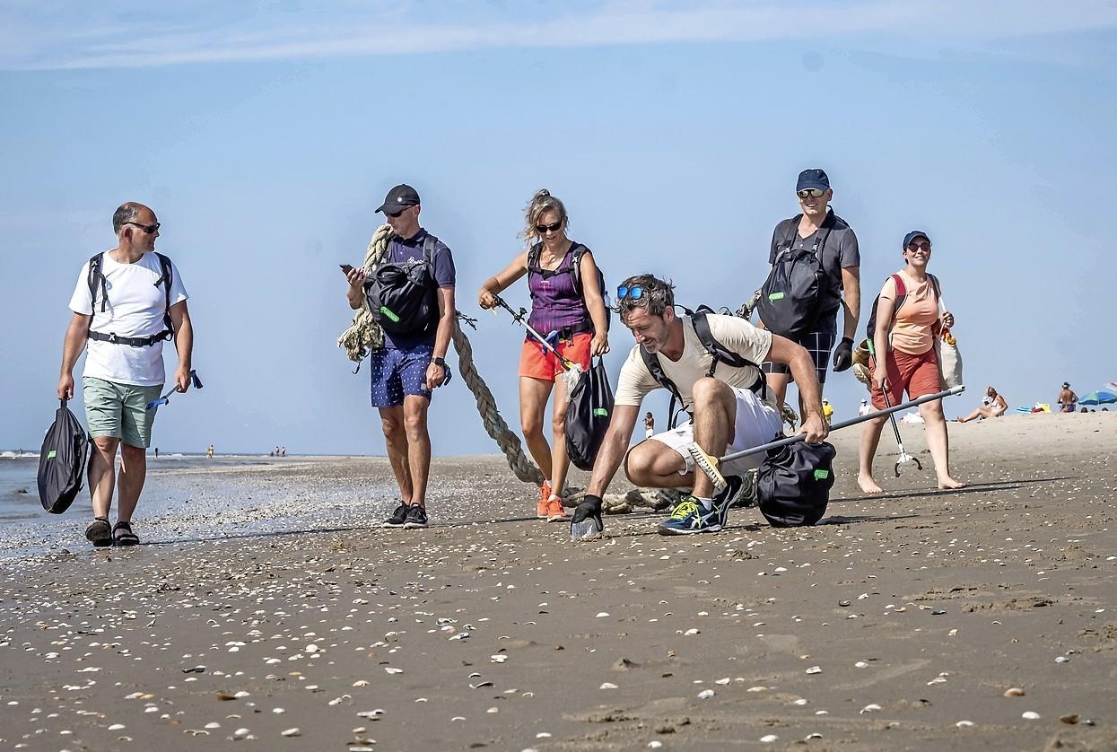 In de hitte ruimt Daan stranden op met zijn 'plogsack'
