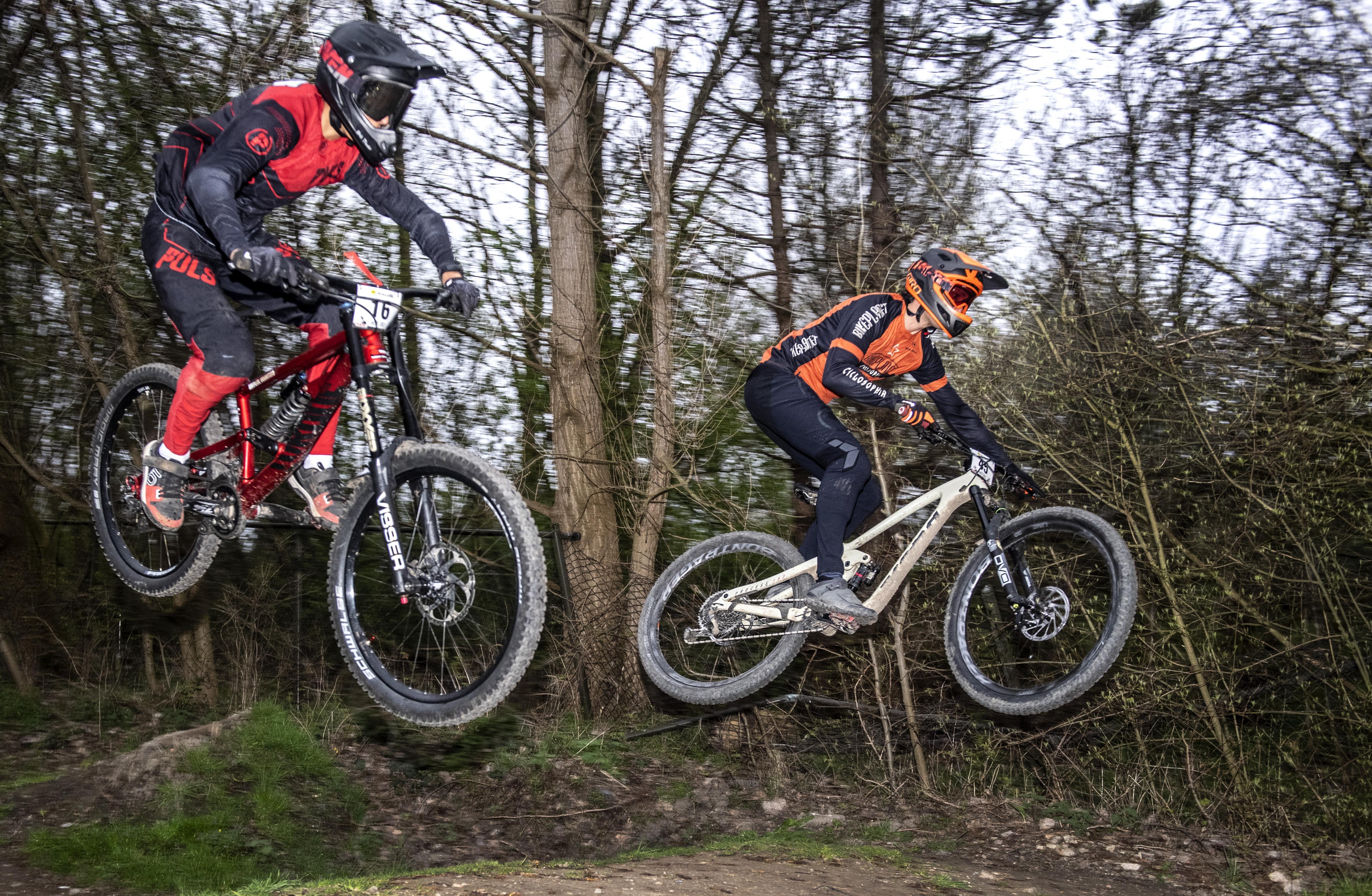 Honderd mountainbikers actief tijdens afdalingswedstrijd Downhill Cup in recreatiegebied Spaarnwoude [video]