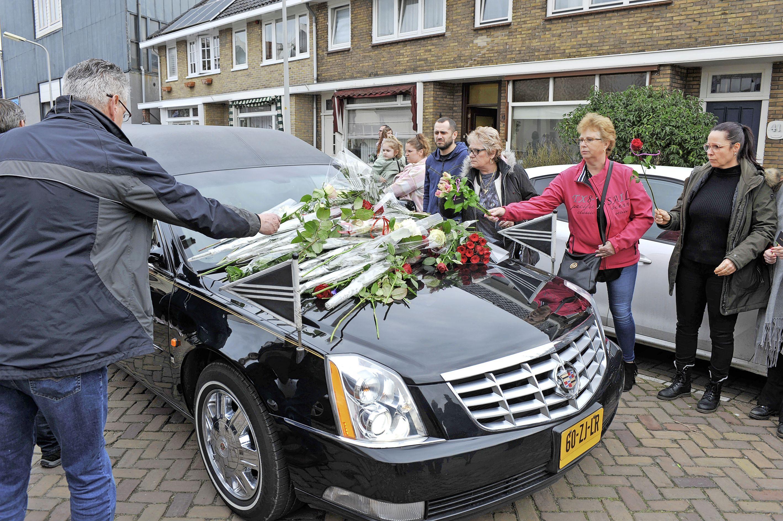 Beverwijk neemt respectvol afscheid van overleden Gea Vegelien; met handkusjes, rozen en applaus