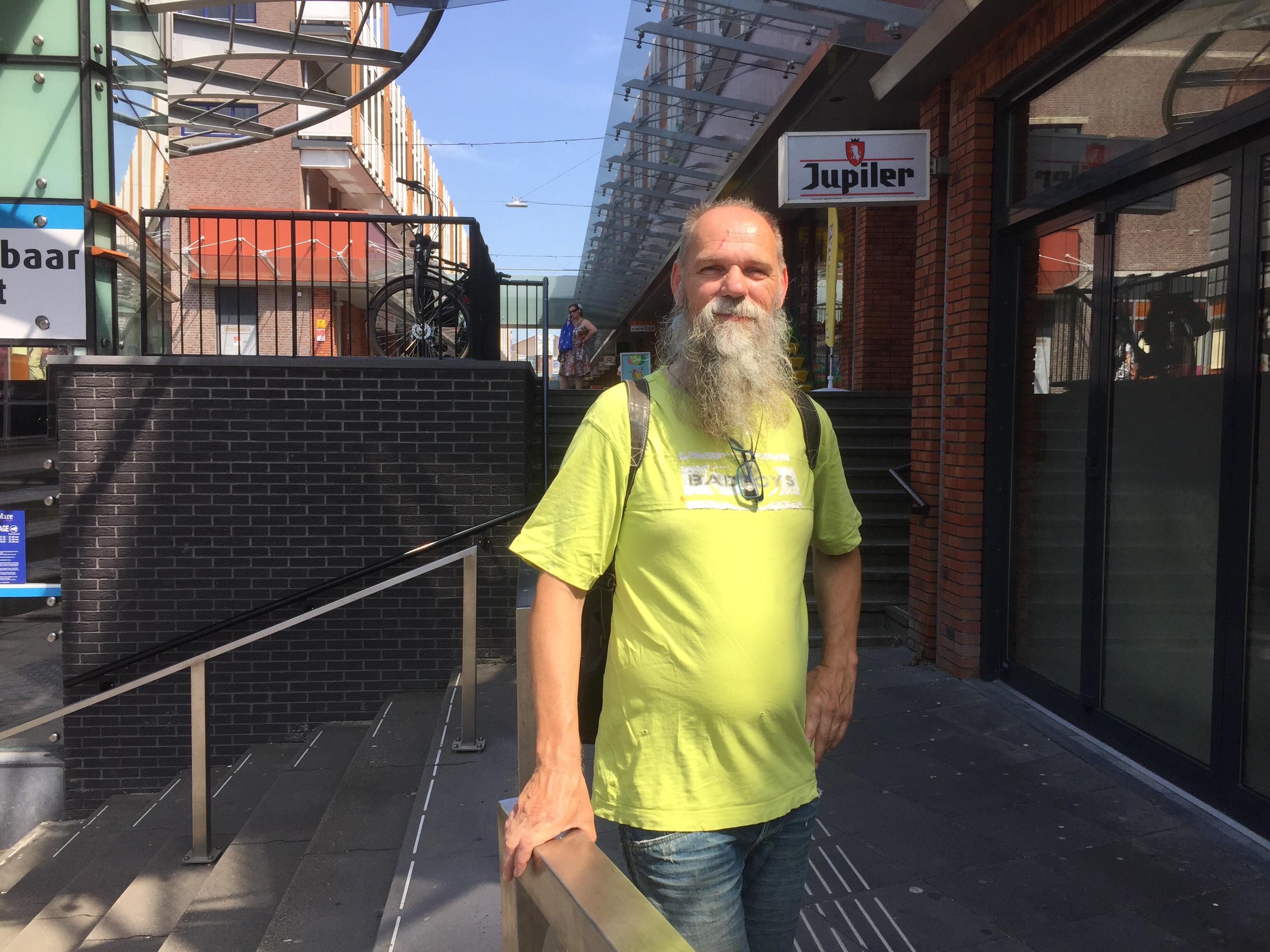 Onderweg; 'Onderin de kaartenbak van het UWV' zit Richard Oost al jaren. Met muziek en zijn vrijwilligersbaan als geluidstechnicus heeft hij zijn leven nu weer ingericht
